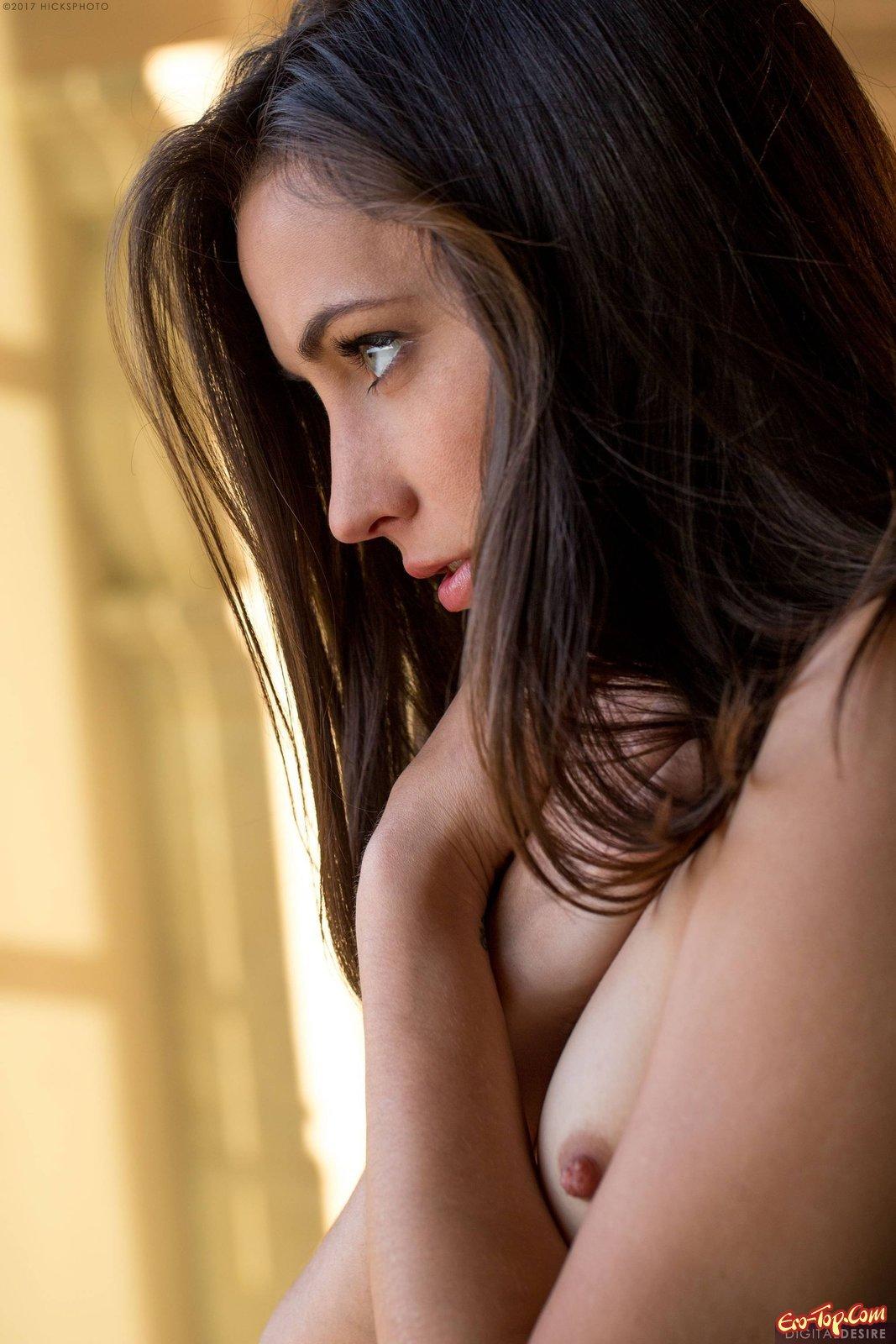 Сняв нижнее бельё девка показывает грудь и киску
