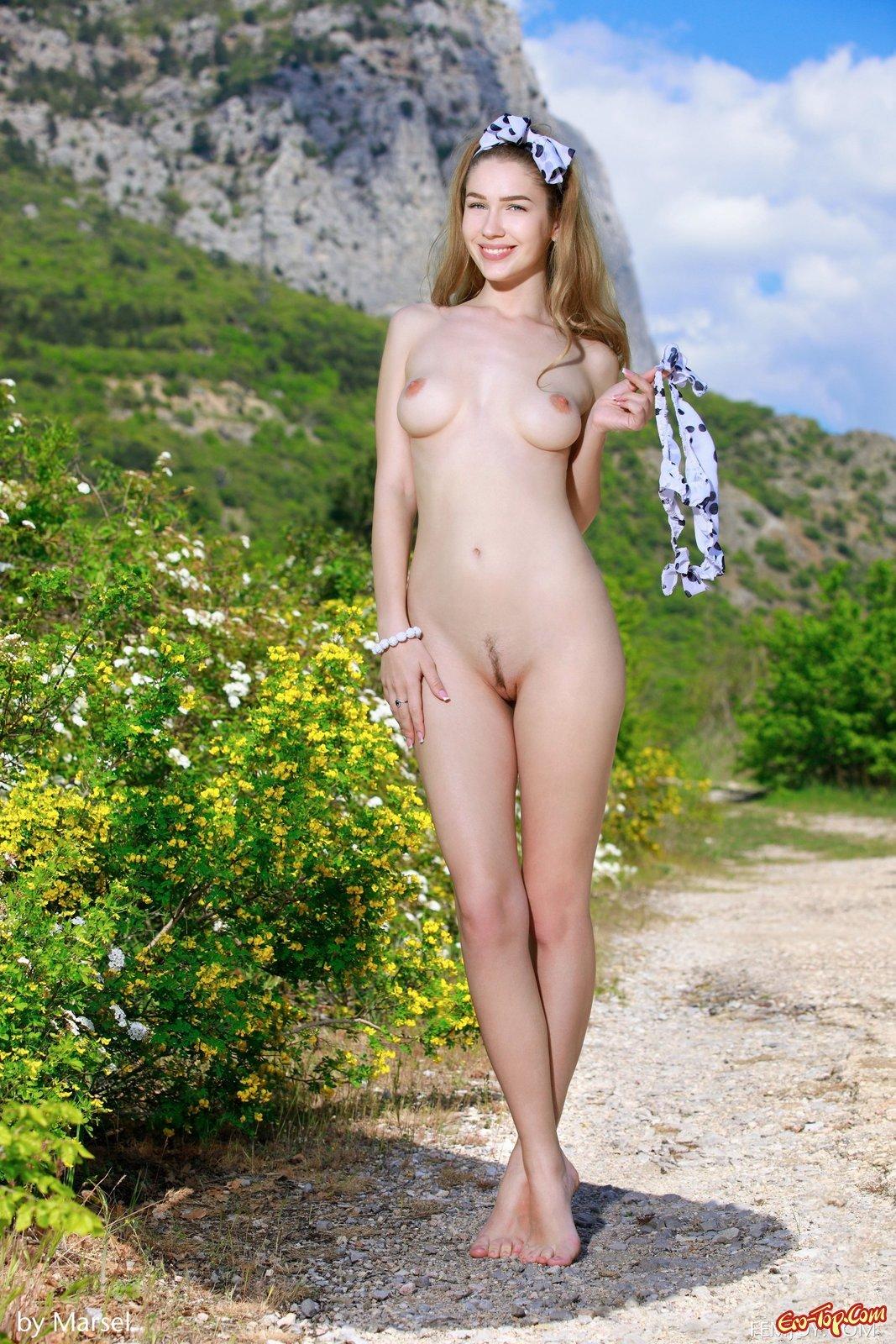 Блонди с лохматой киской оголилась в естественной среде