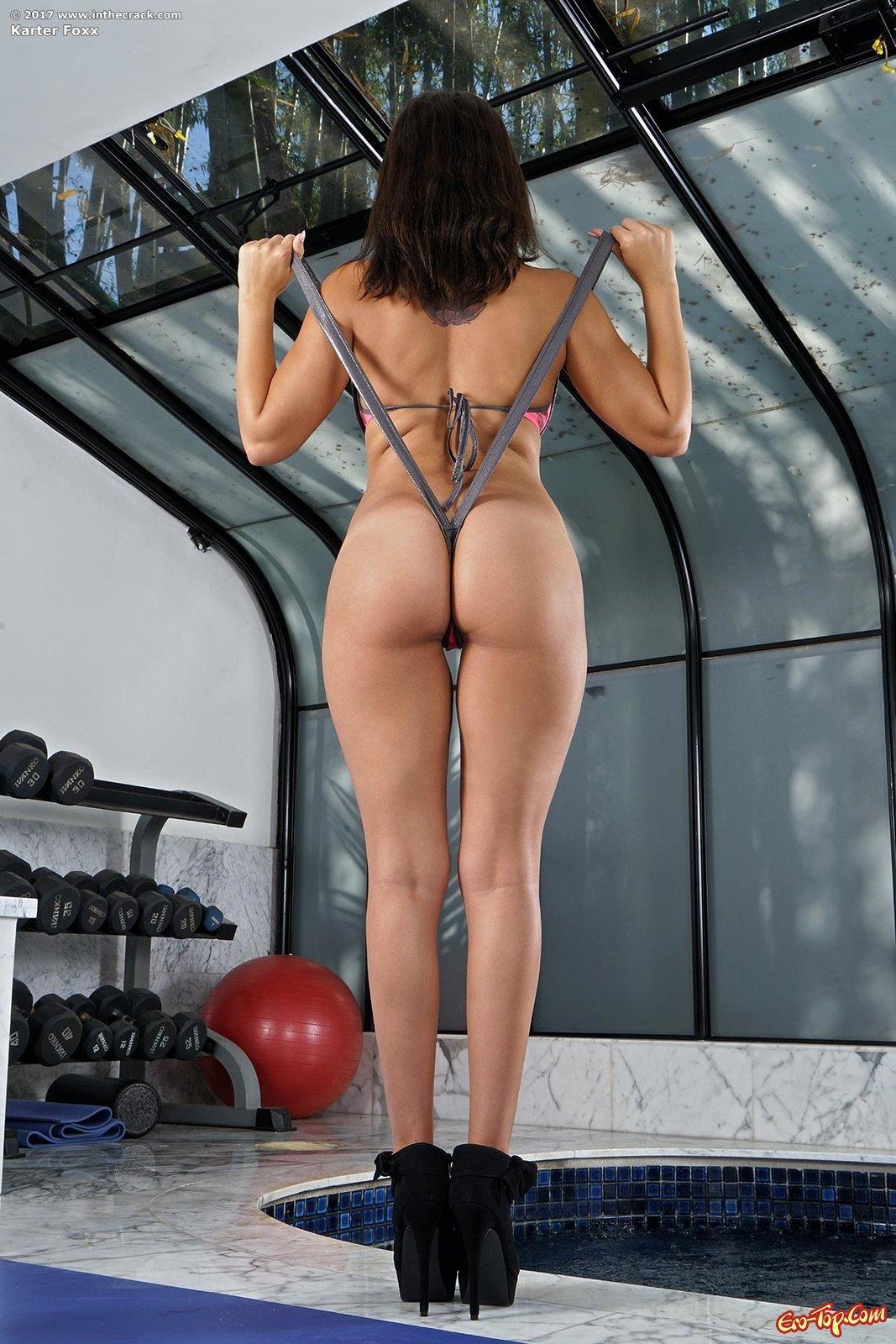 Обнаженная модель оголила розовую вагину секс фото