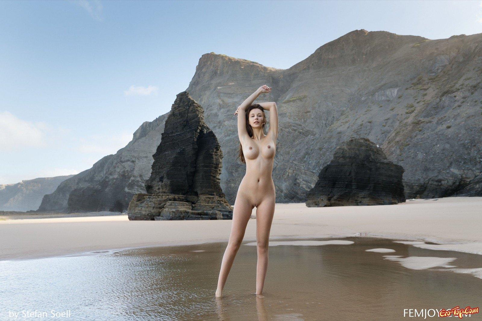 Голая девушка с большой круглой грудью на пляже