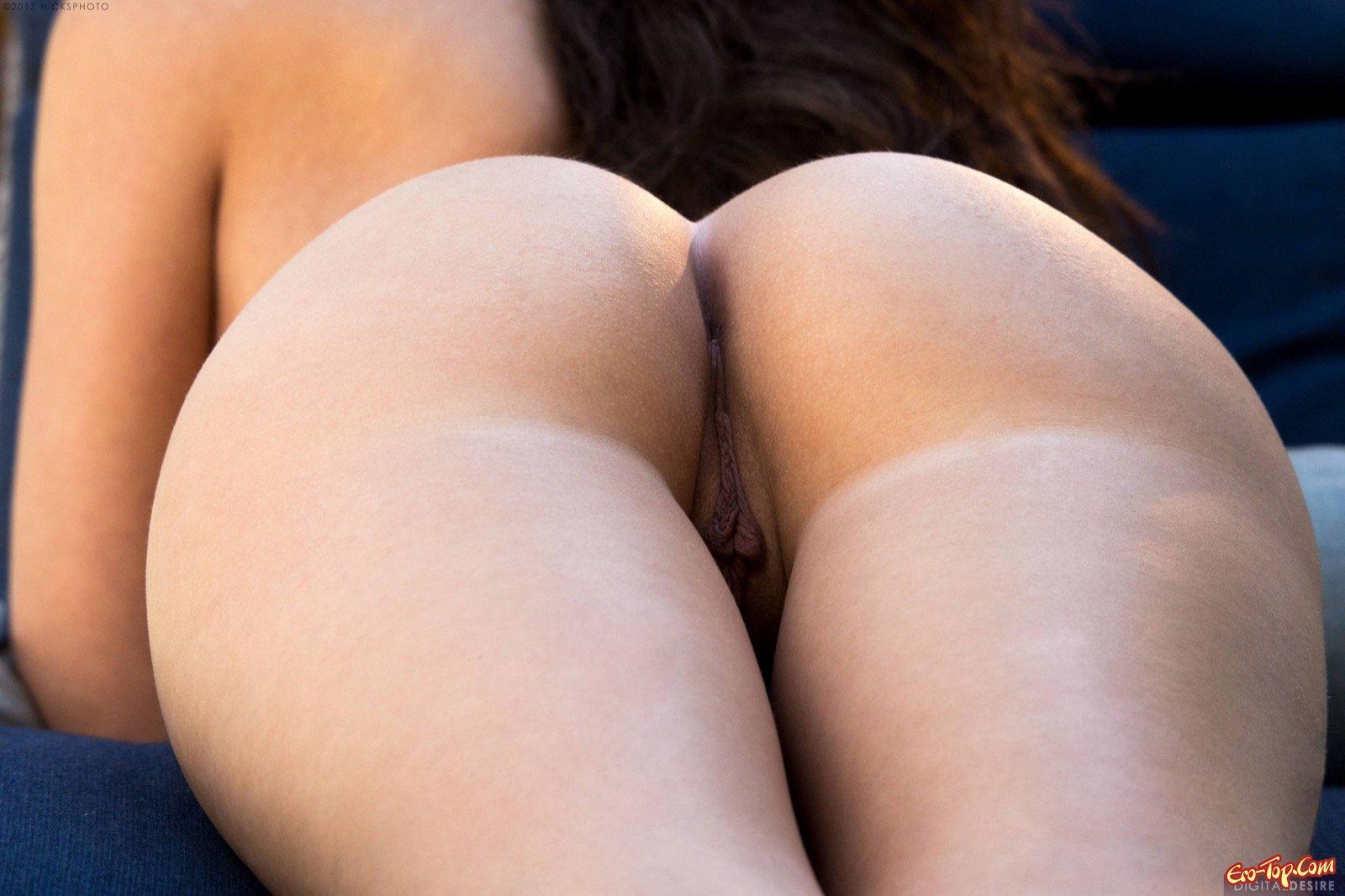 Сексуальная модель раздевшись показала упругую попу