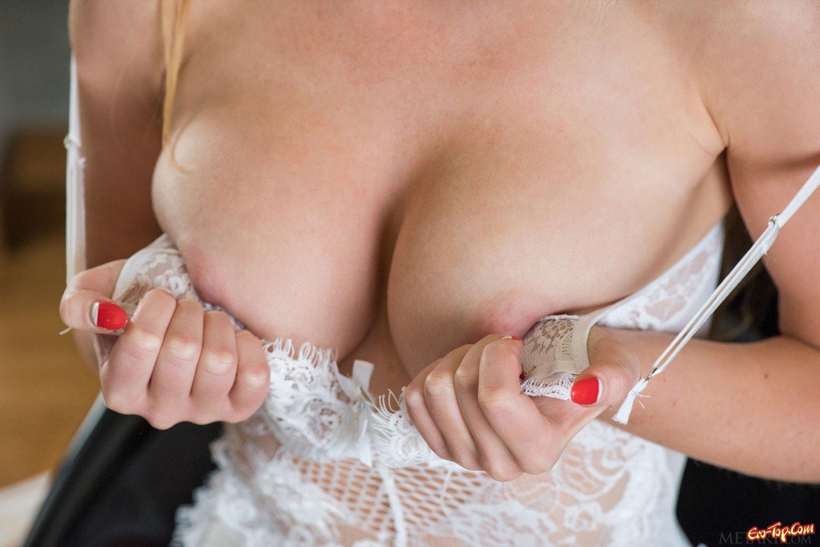 Сексуальная девица с пышной попкой