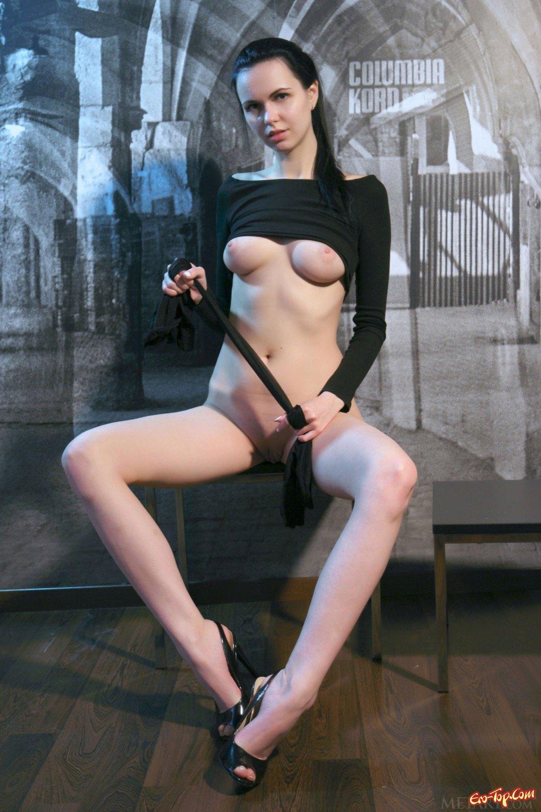 Девка в капроновых колготках без нижнего белья