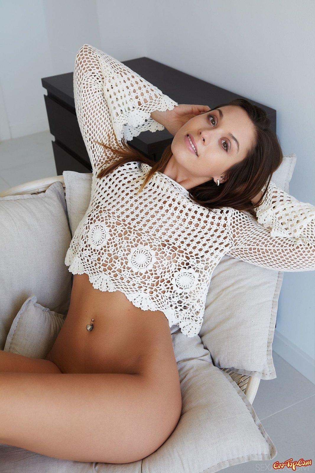 Фотомодель без нижнего белья засветила письку крупно секс фото