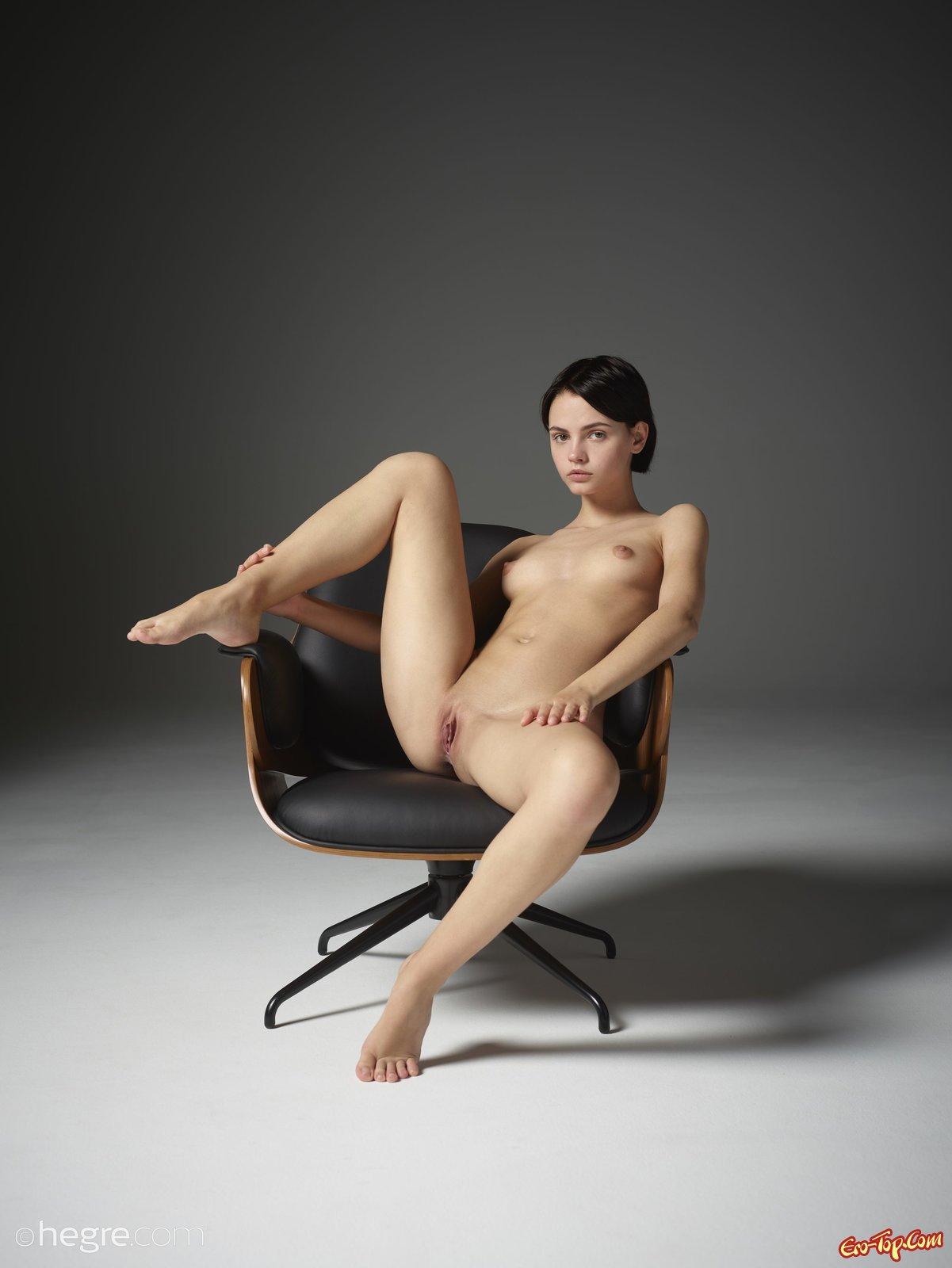 Голая девушка в эротической фото сессии