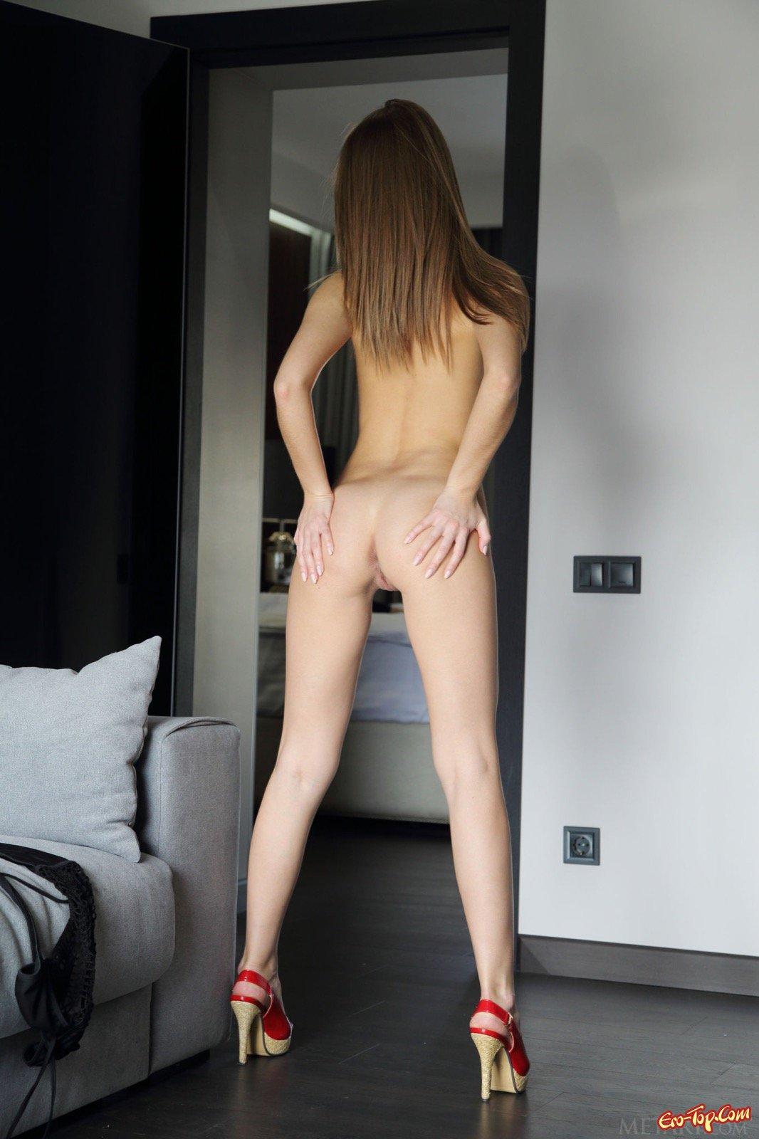 Сексуальная девушка разделась догола