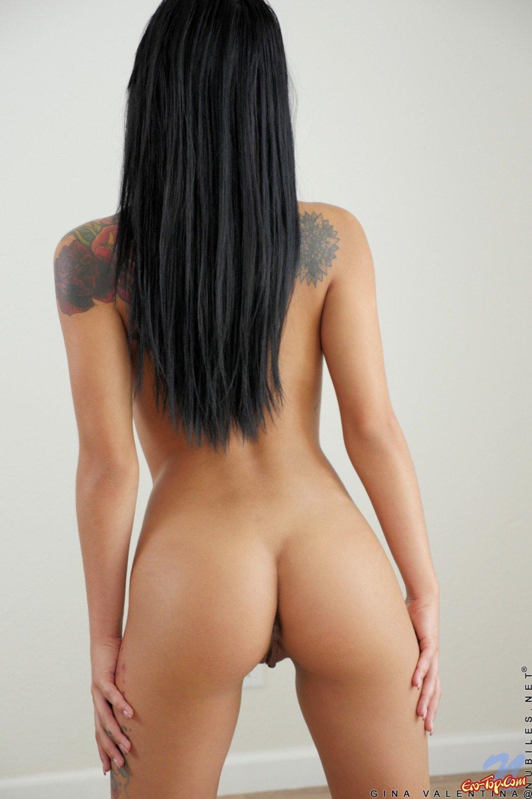 Сексуальная девушка с татуировками эротично разделась