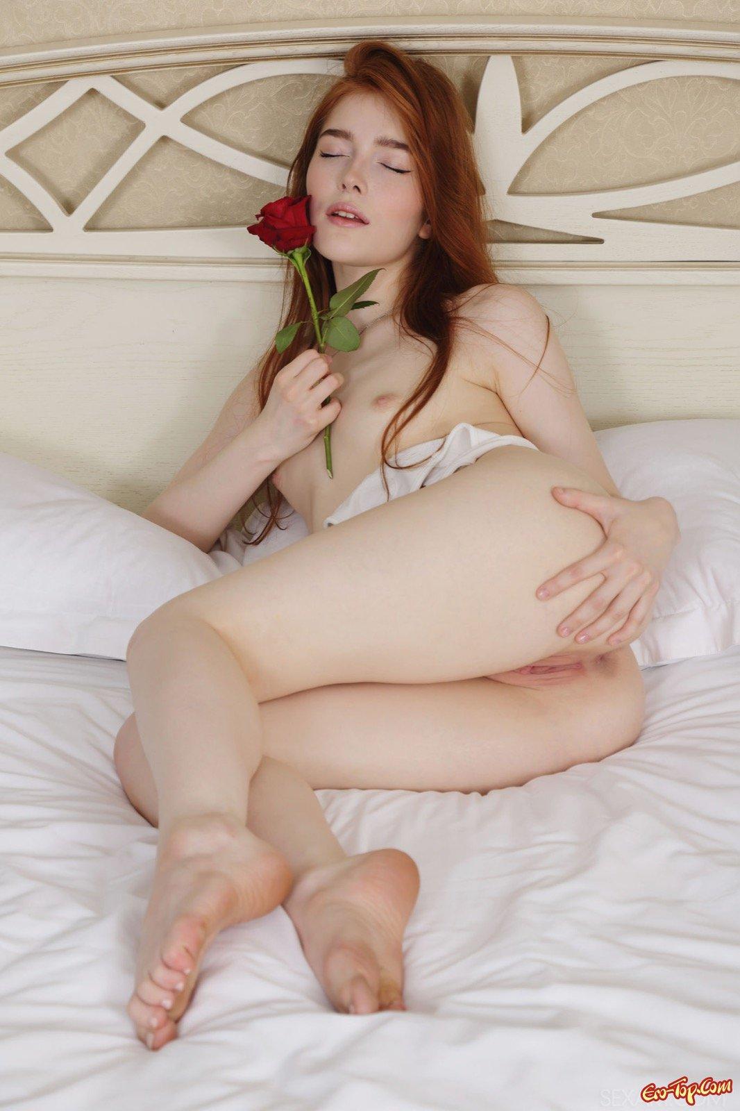 Нагая рыженькая девка с лохматой пилоткой в кровати