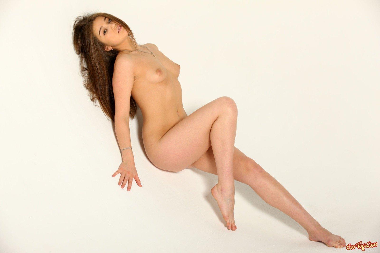 Обмазанная маслом девушка позирует голой