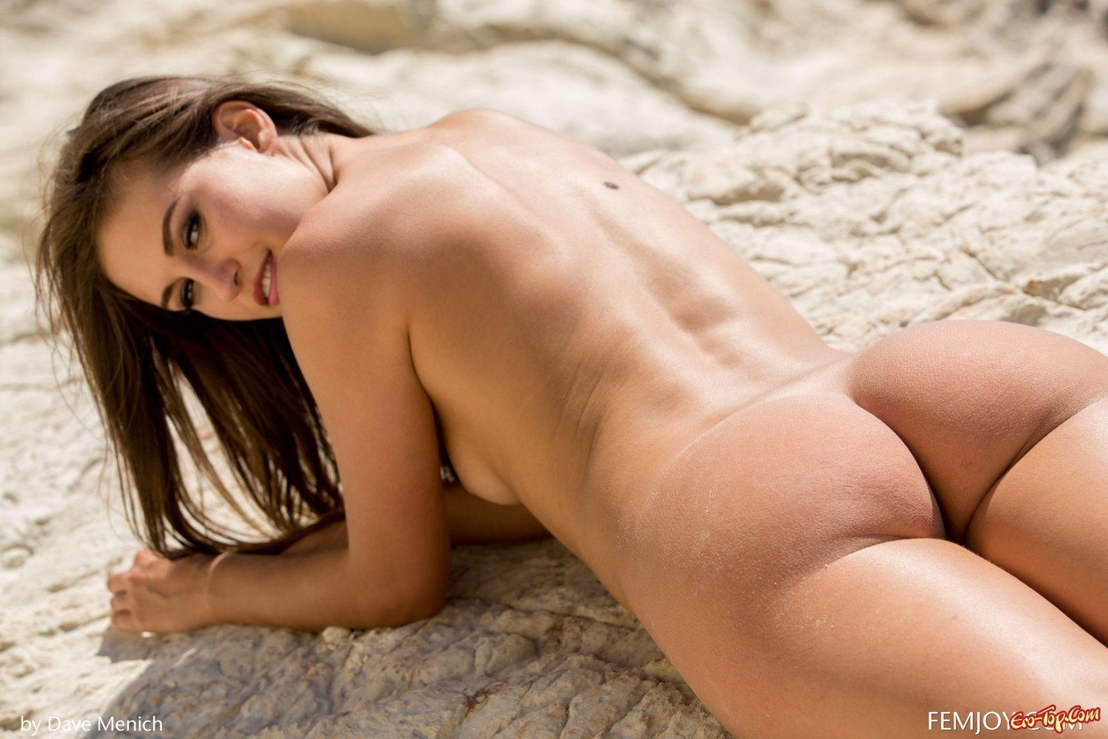 Голая девушка с бритой щелкой на море