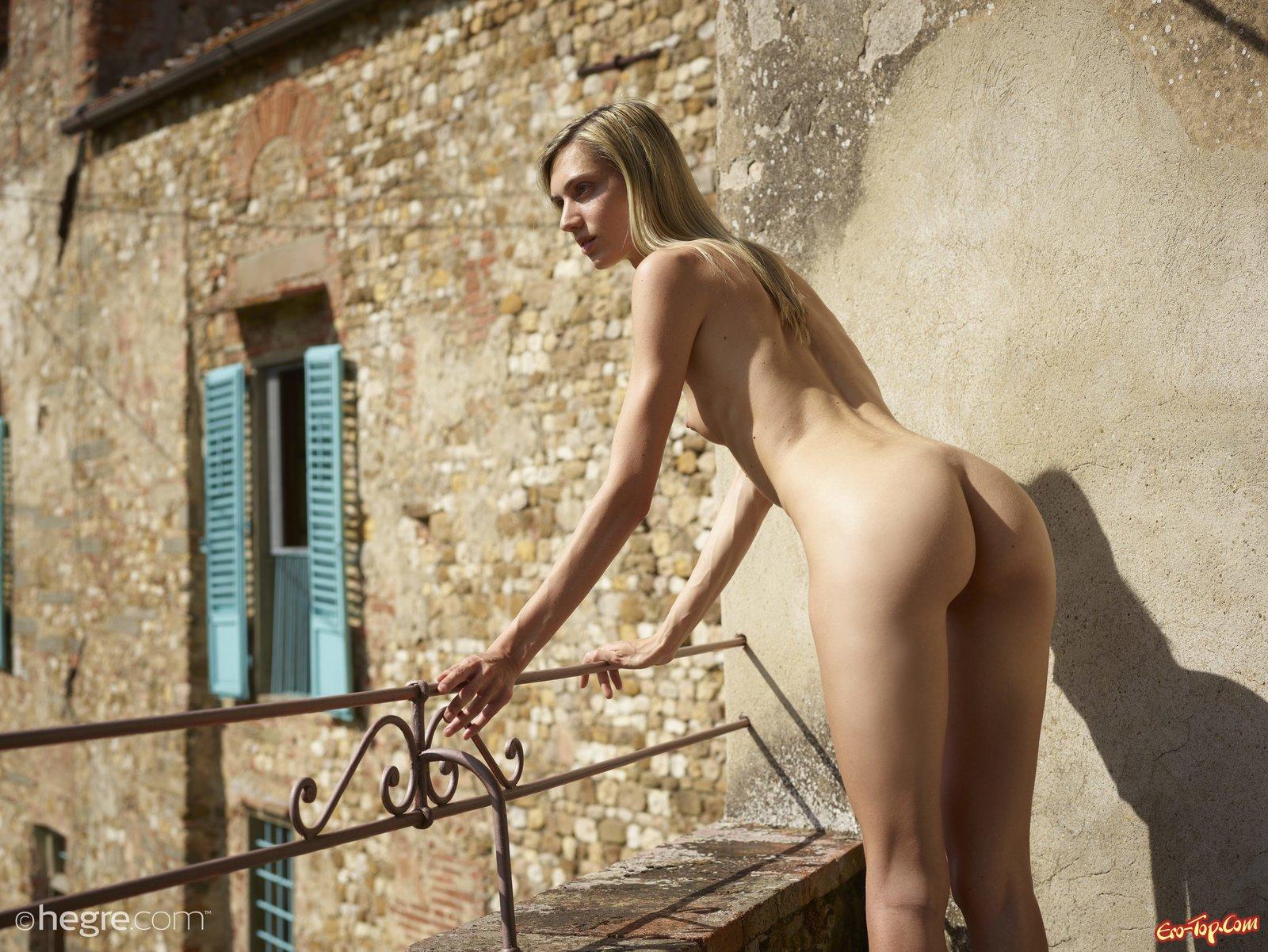 Голая худая блондинка с маленькой грудью