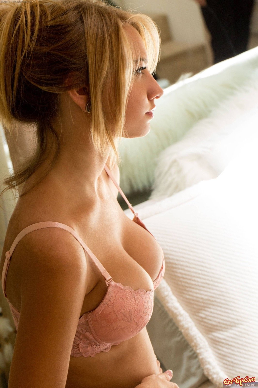 Сняла стринги с лохматой вагины смотреть эротику