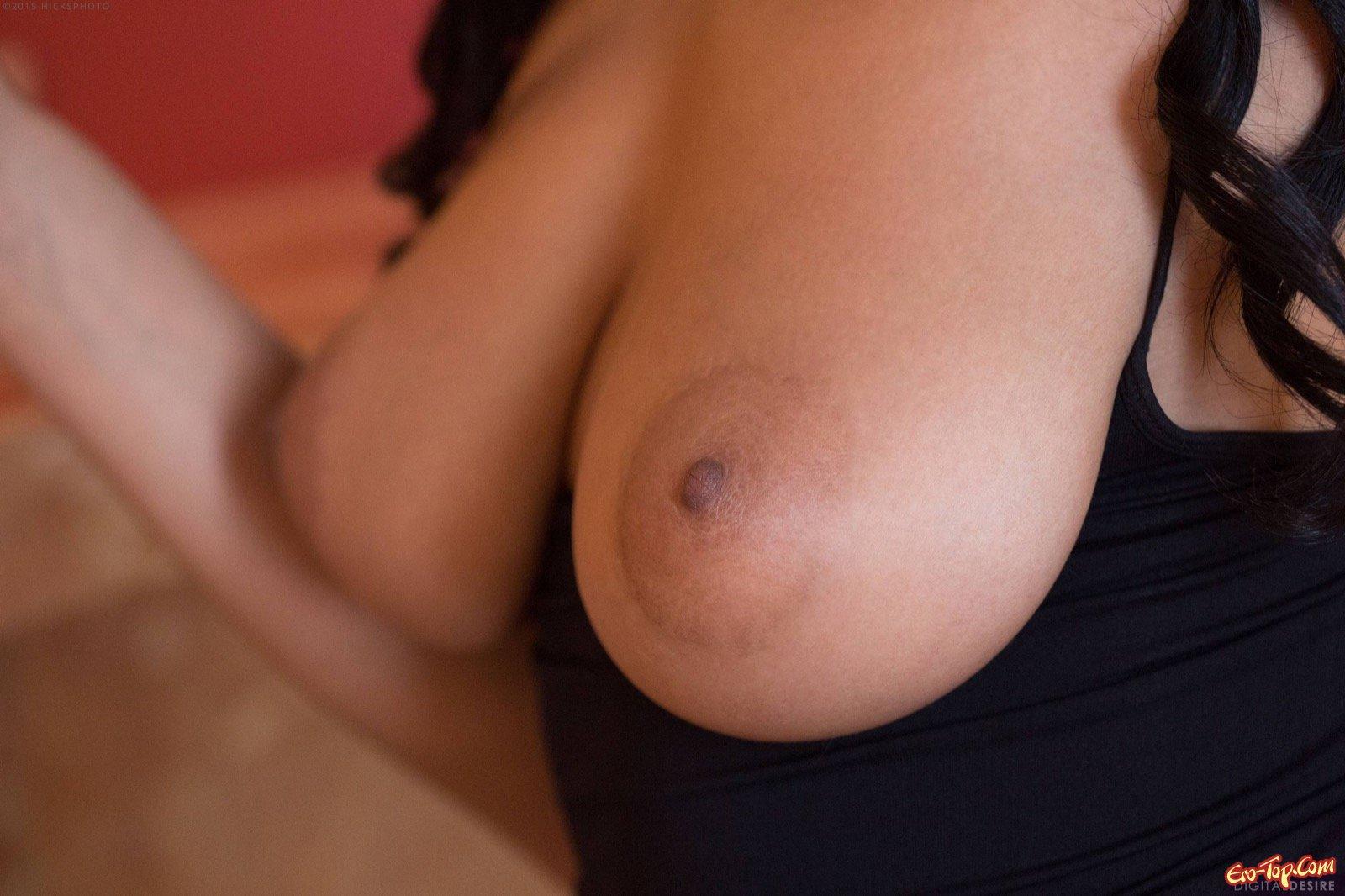 Негритянка с крупными обвисшей грудью