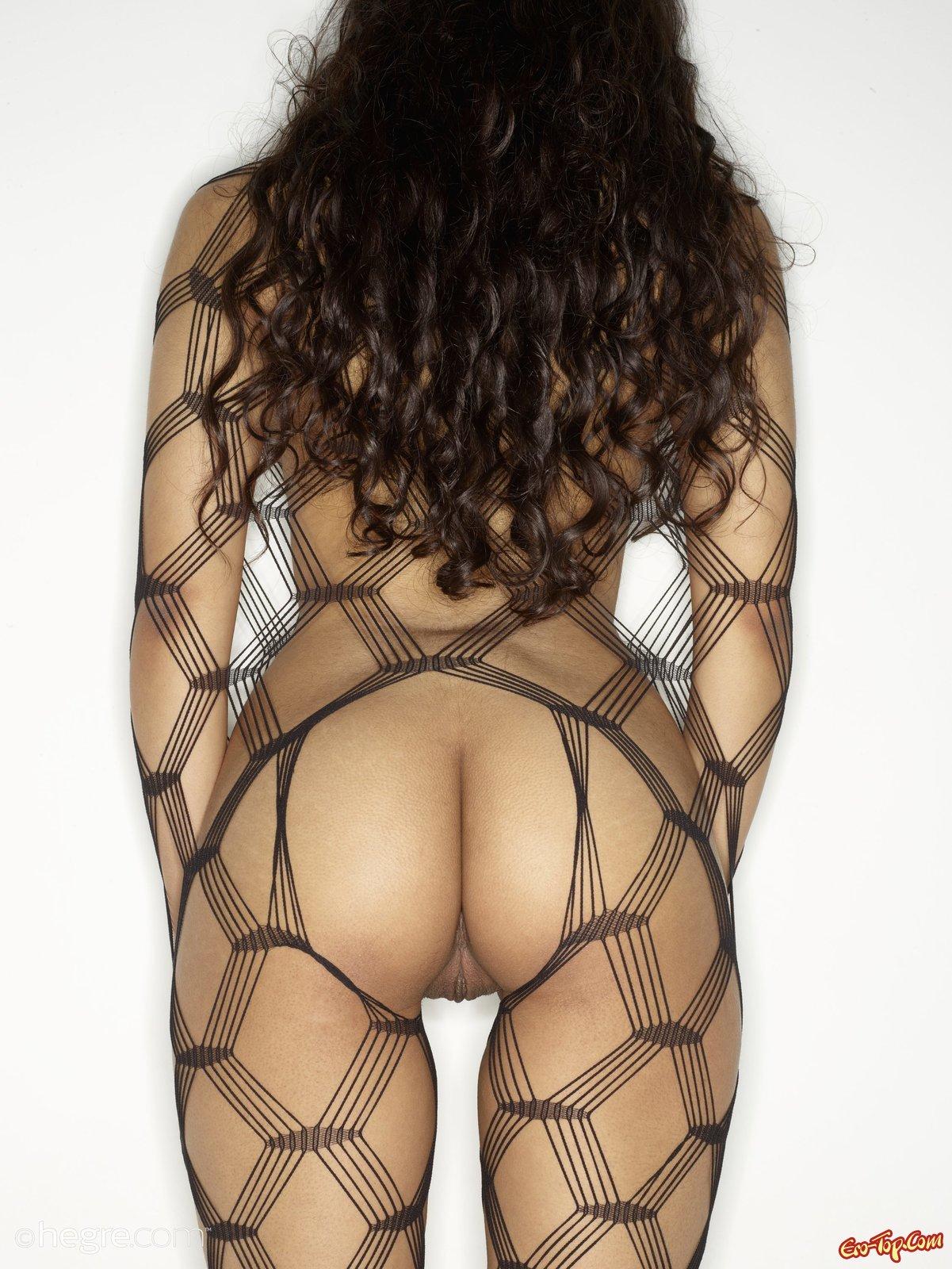 Голая девушка в секс костюме в сеточку