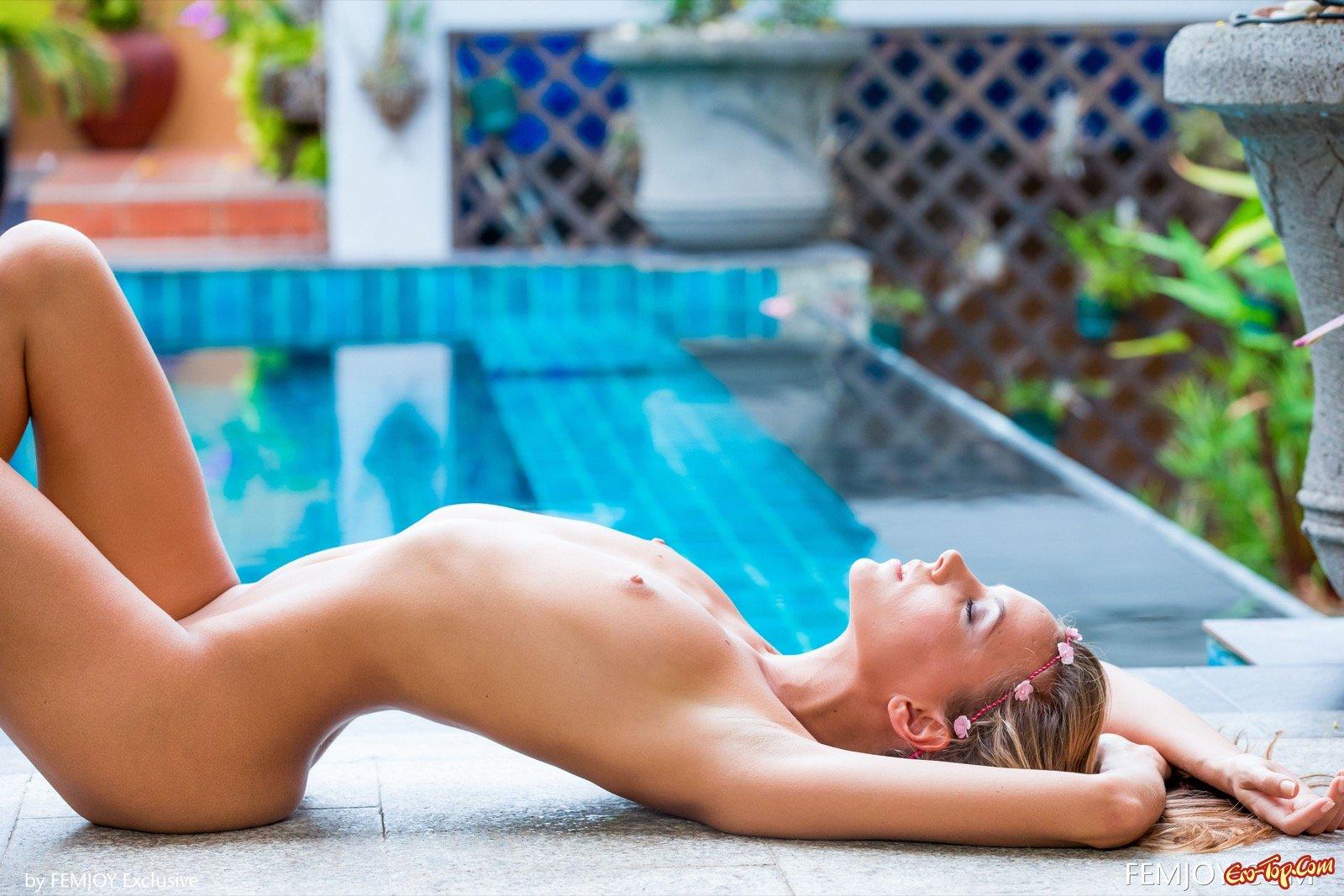 Обнаженная худышка с небольшими дойками у бассейна