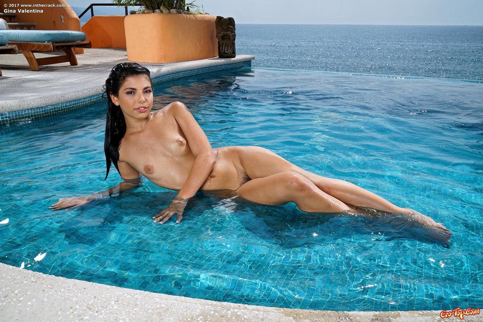 Голая русая порноактрисса с волосатым лобком в бассейне