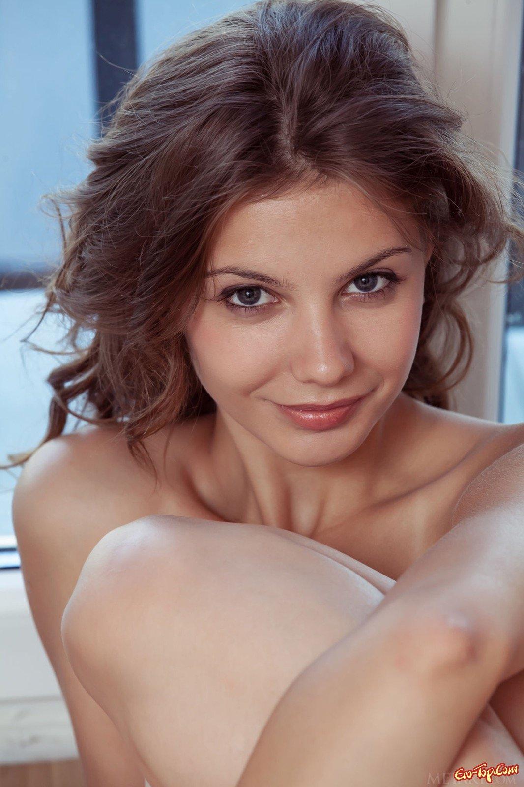 Стройная брюнеточка фоткается голенькой около окна секс фото