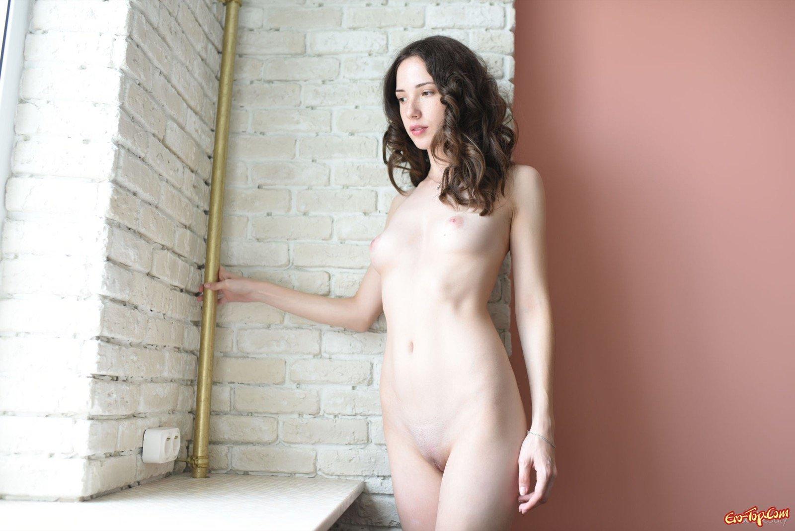 Молодая красавица разделась перед камерой