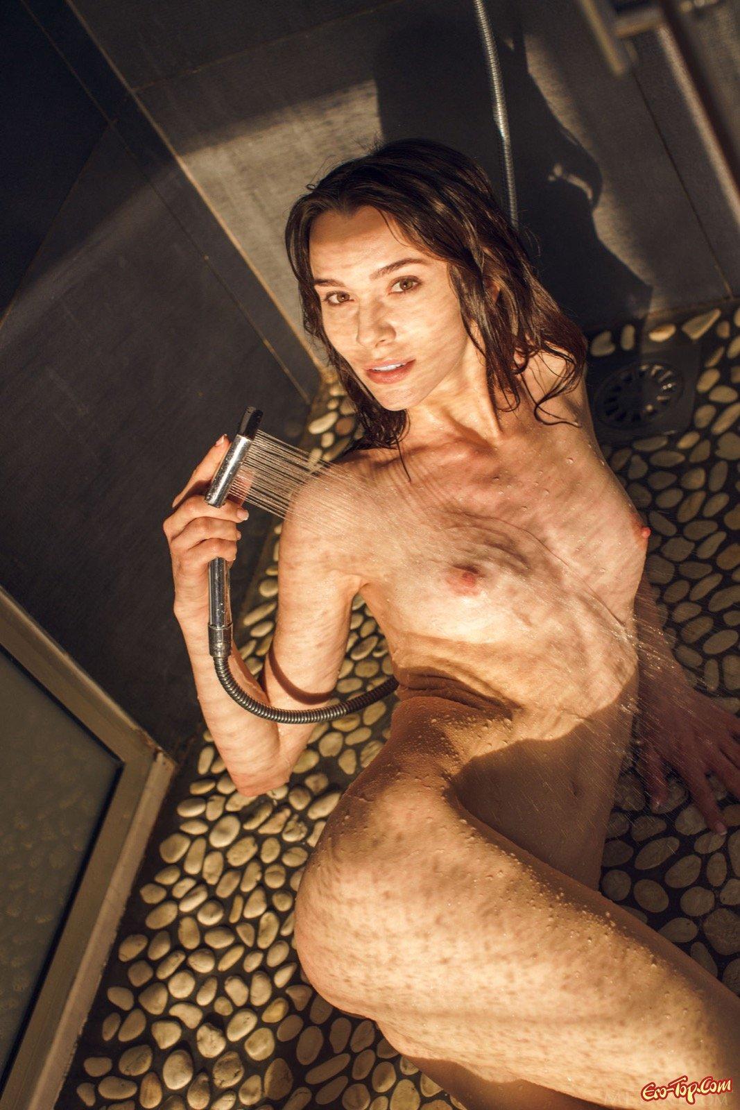 Нагая девица обливается водой под душем секс фото