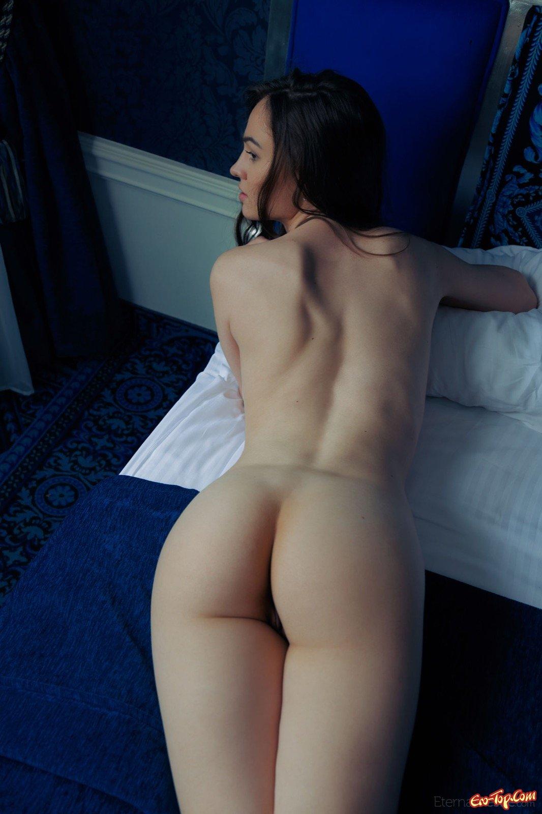 Голая брюнетка с упругой задницей в постели