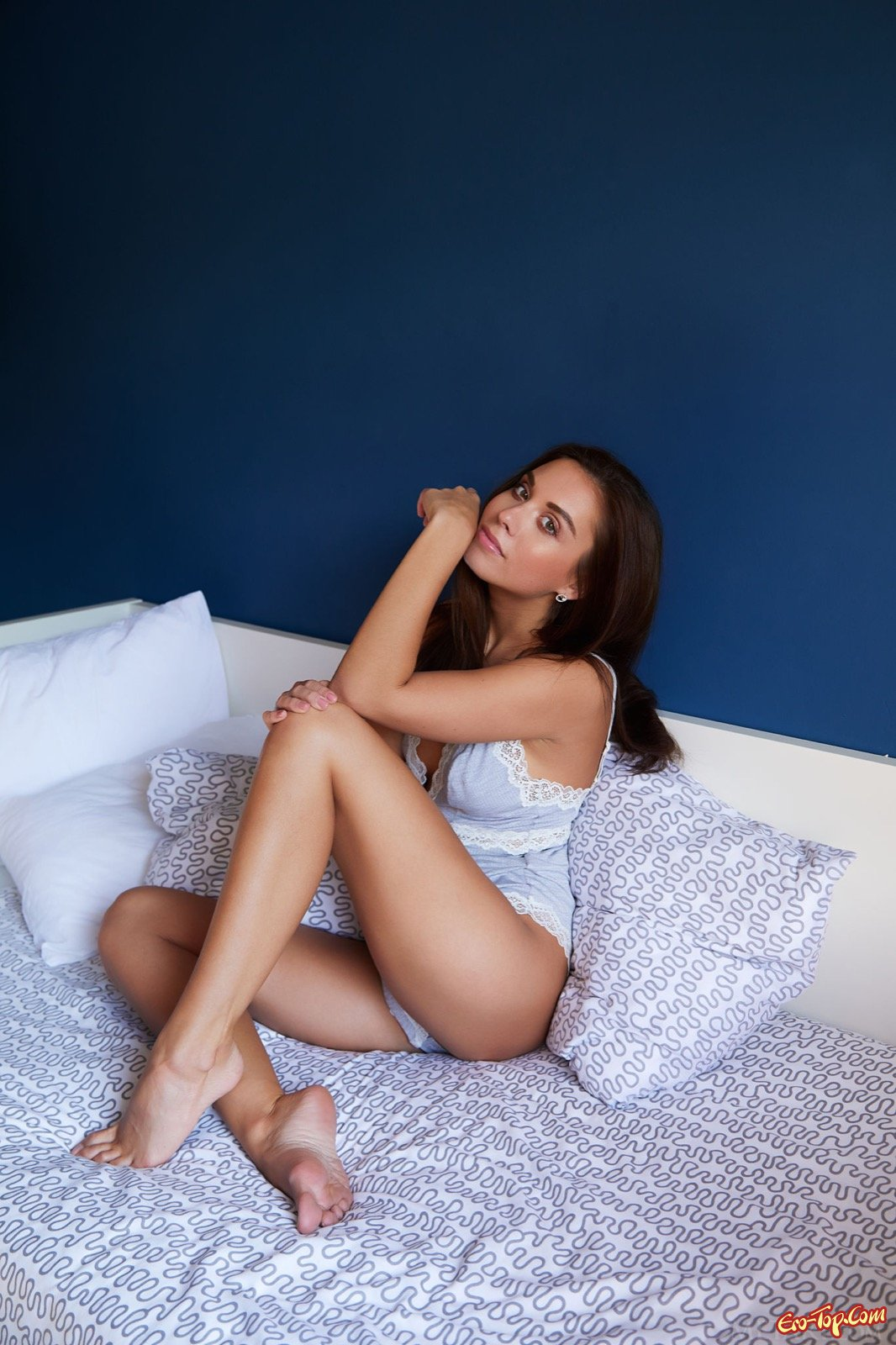 Сексуальная красоточка раздвигает ухоженные ноги