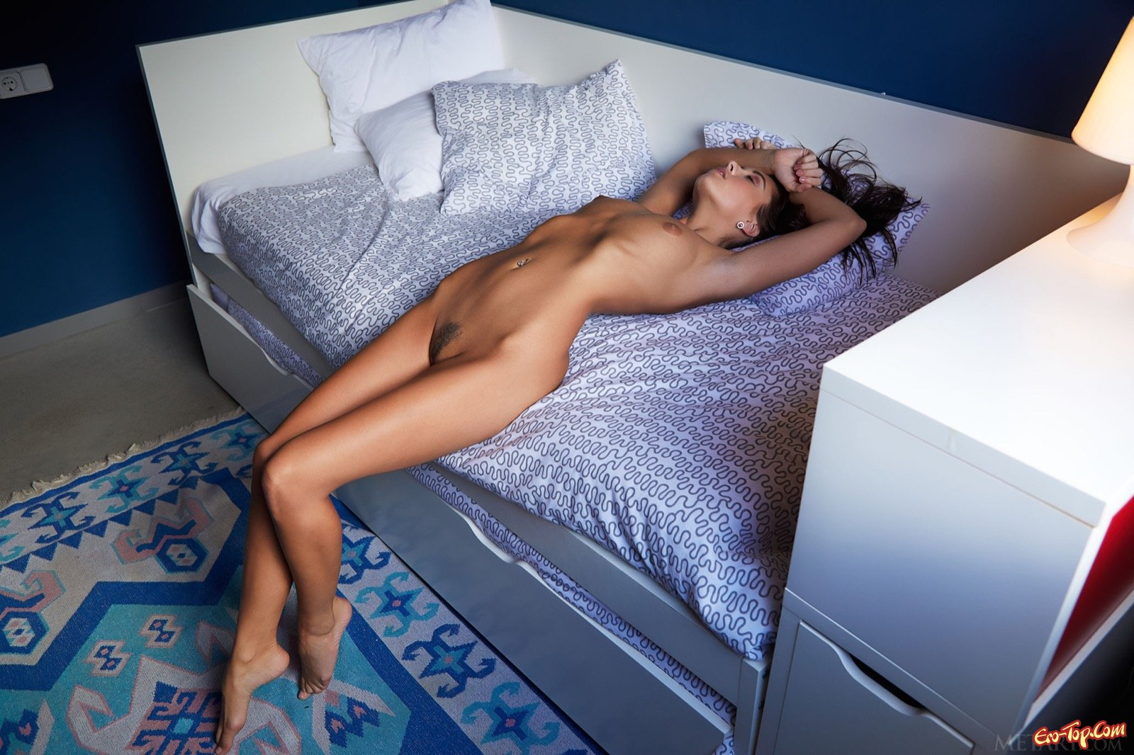 Сексапильная красавица раздвигает стройные ноги