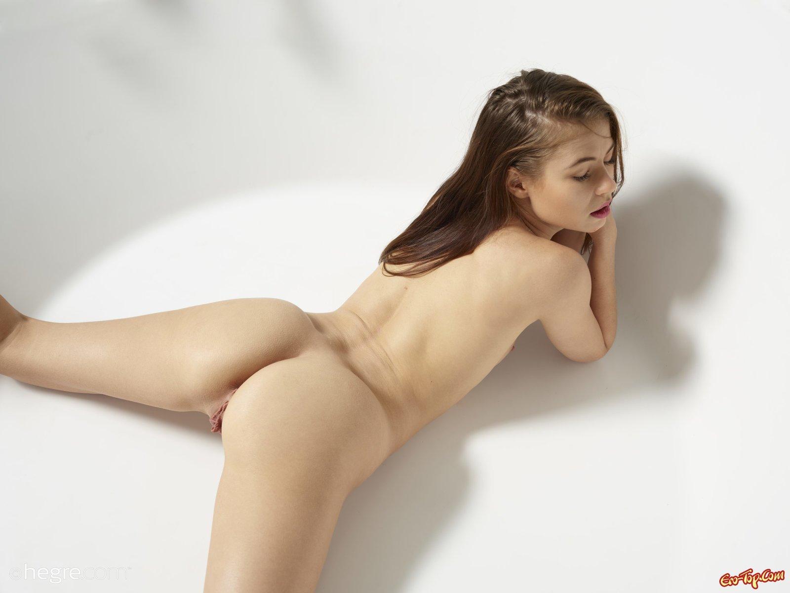 Голая деваха с горячей попкой под струями воды
