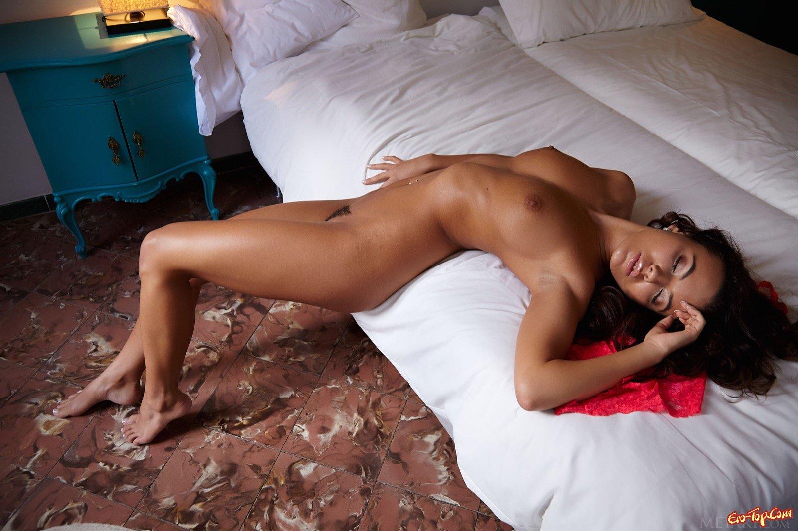Загорелая девица крутит попой в постели