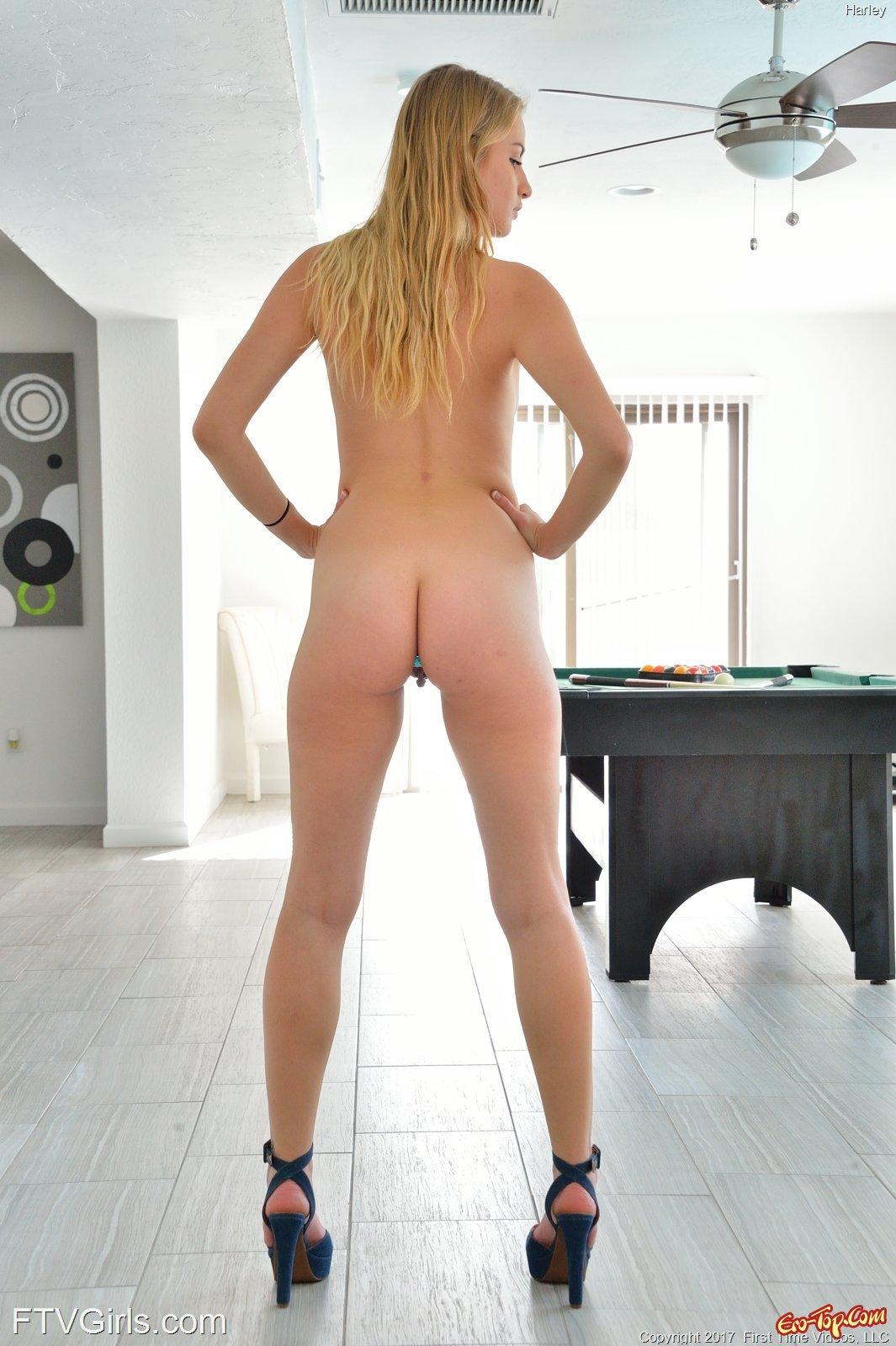 Классная блондиночка голая перед камерой секс фото