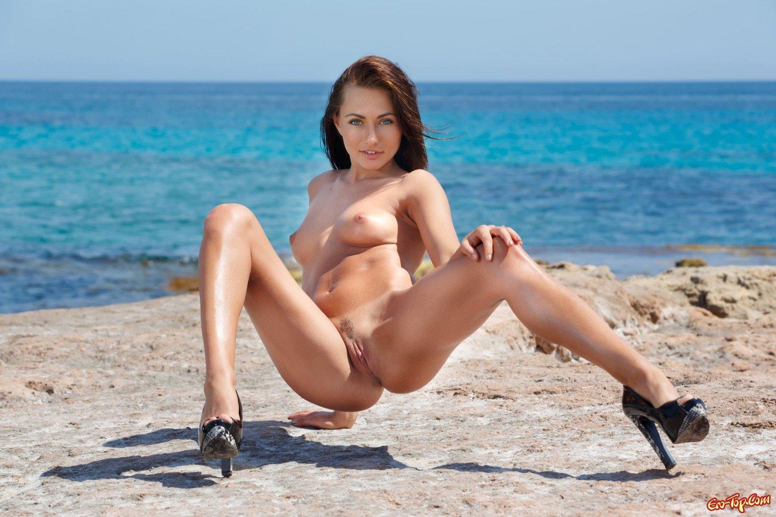 Стройняшка в туфлях стягивает купальник на море смотреть эротику