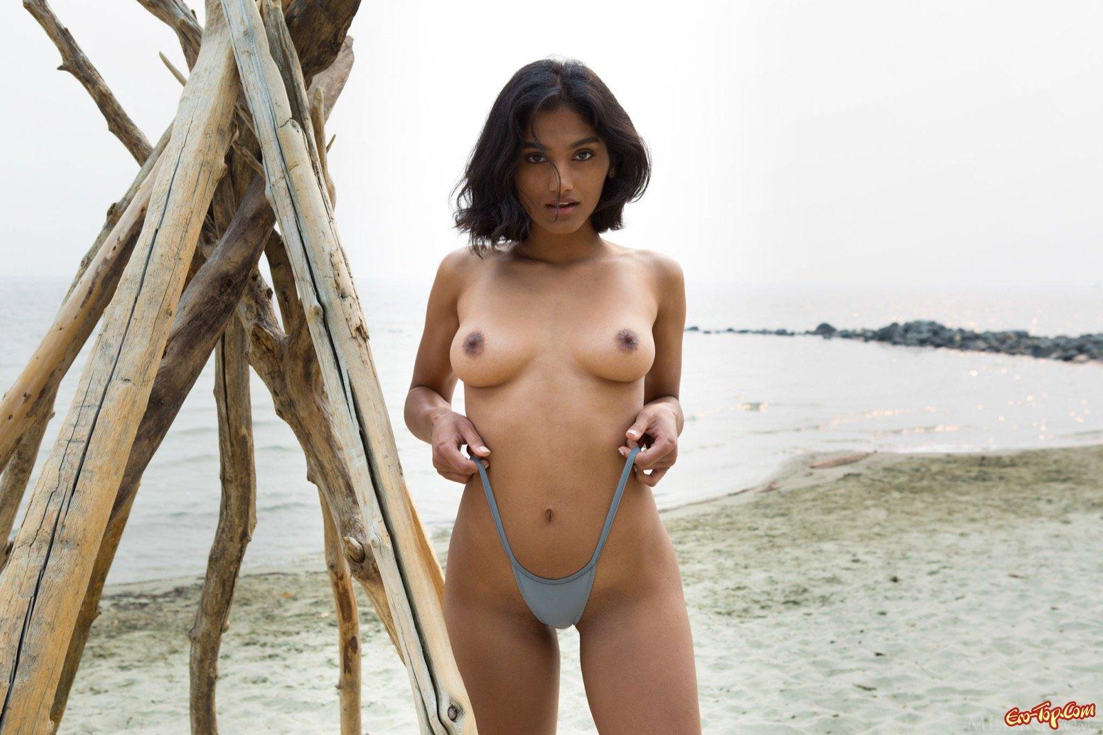 Экзотичная девка с лохматой киской на песке
