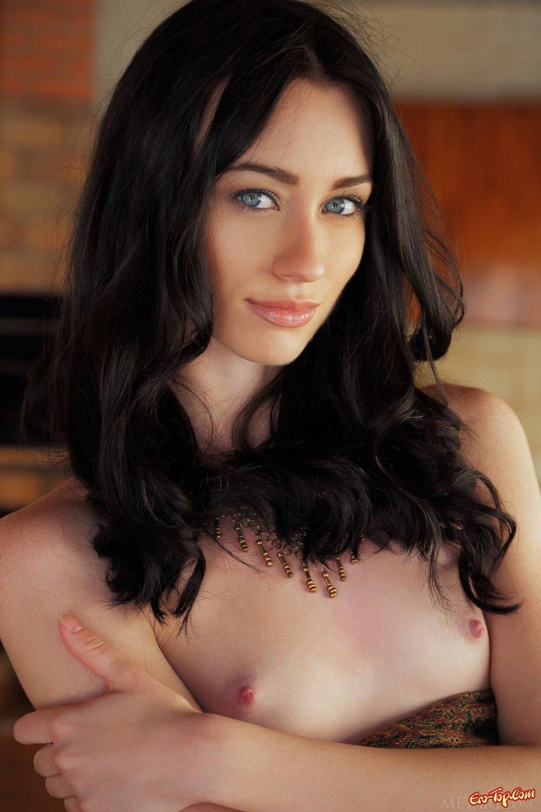 Стройная брюнетка с сексуальной попкой