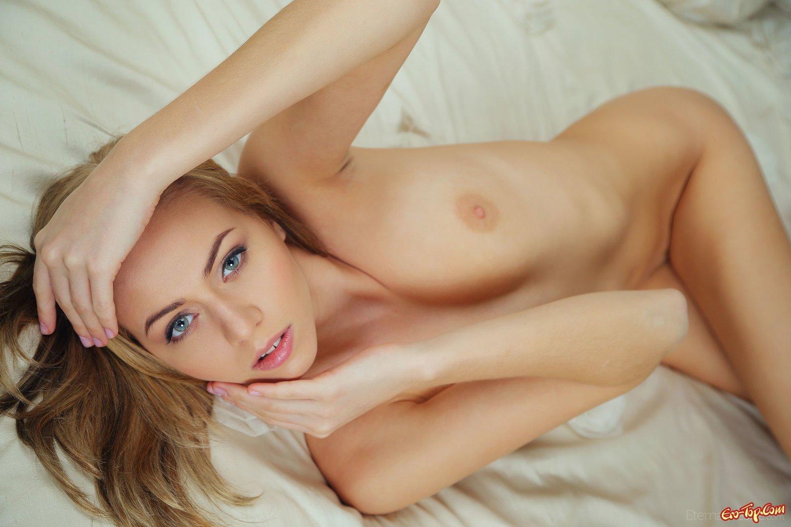 Красивая обнажённая девушка в постели