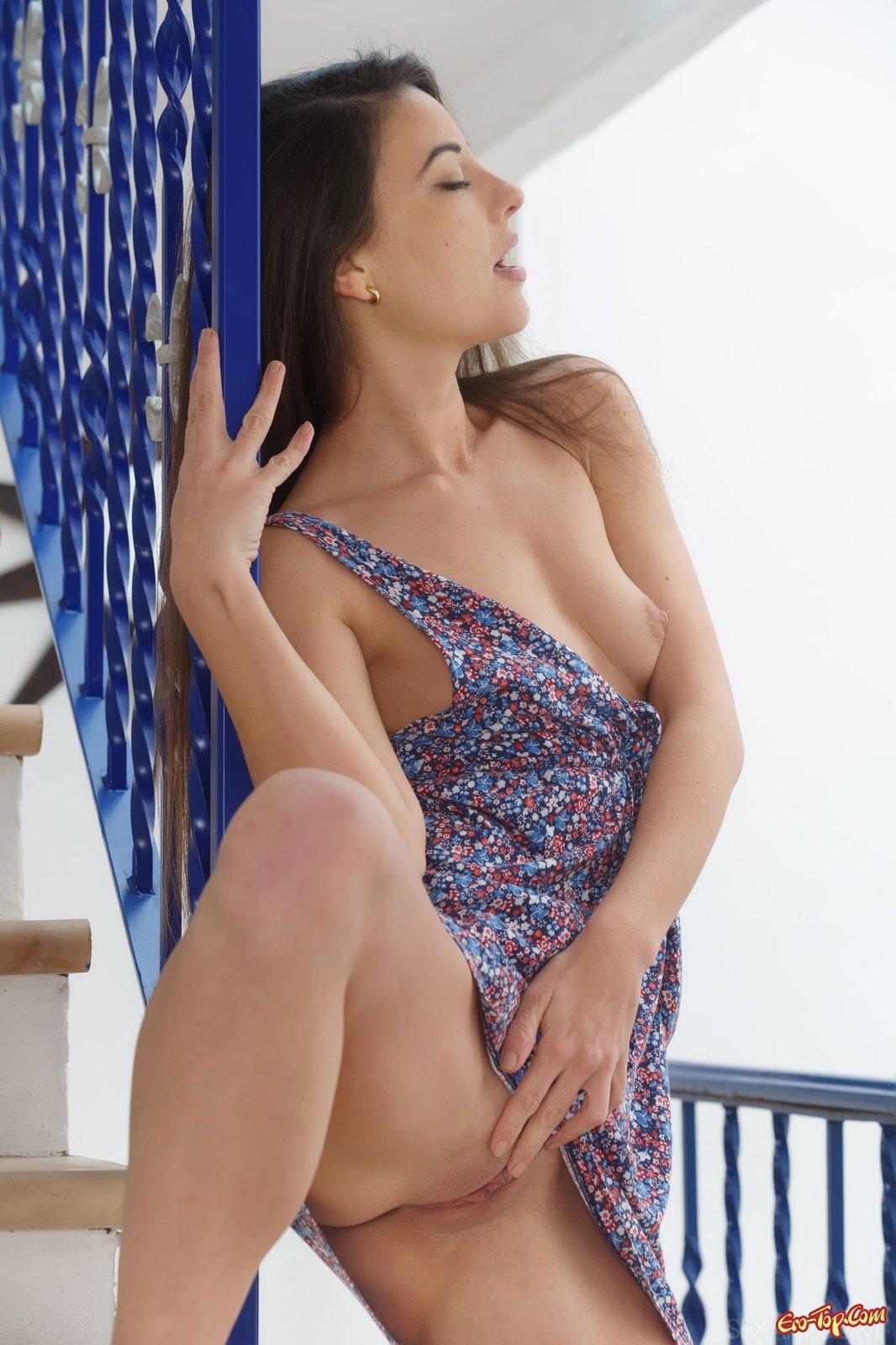 Обнаженная снимает короткое платье