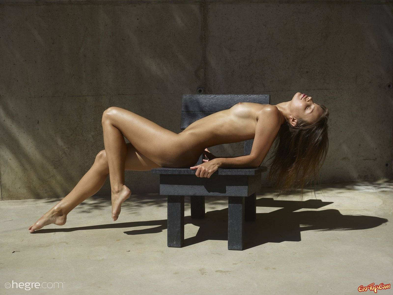 Фото голой девушки в масле
