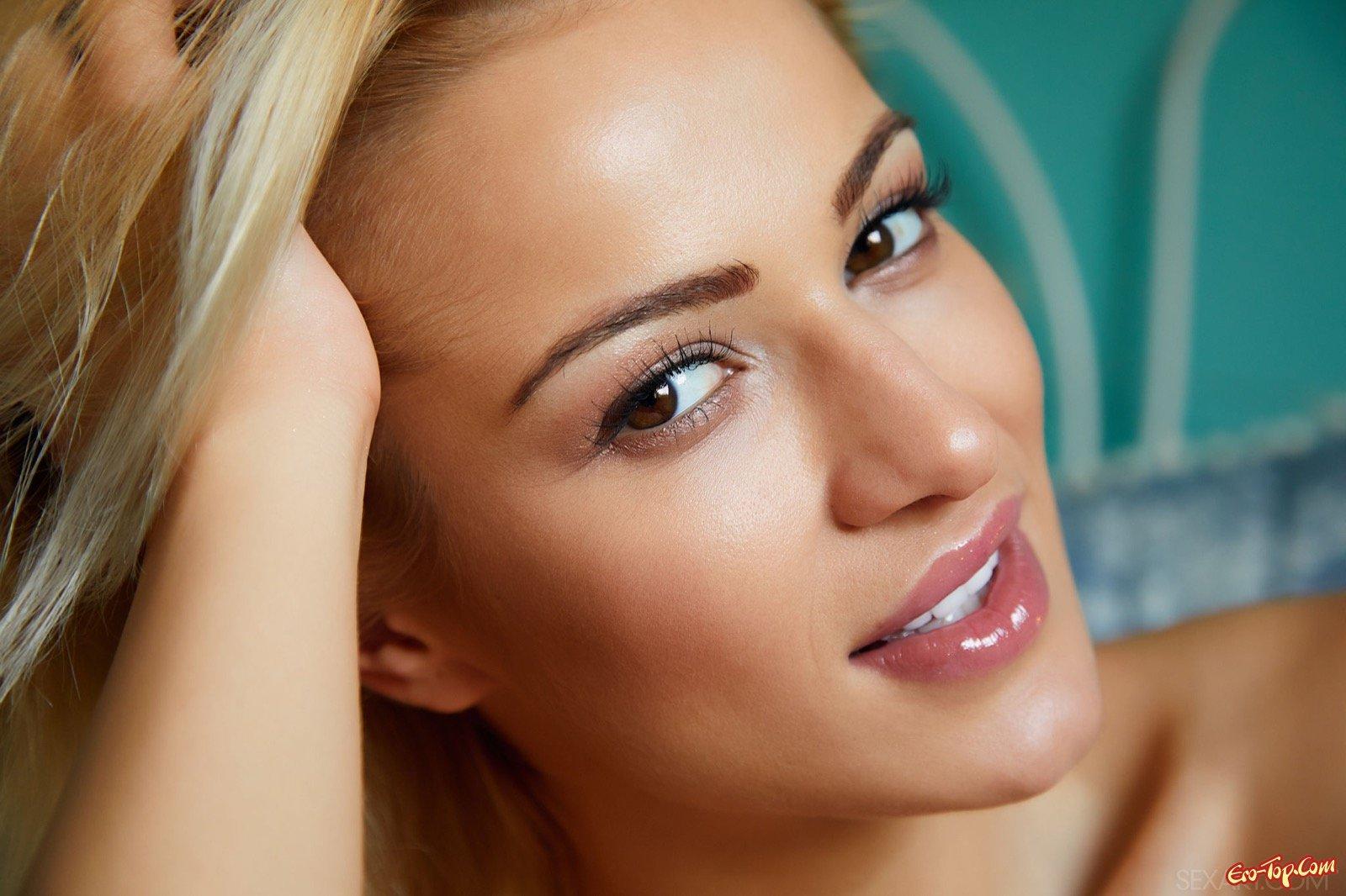 Красивая блондинка в боди обнажилась в постели