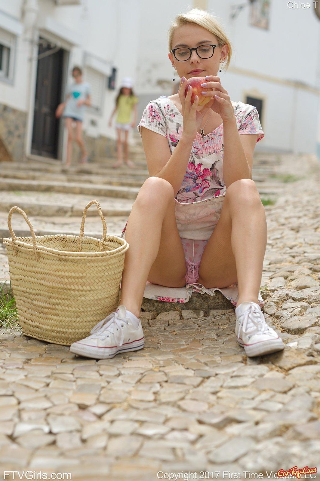 Светловолосая девушка совращает писю под юбкой