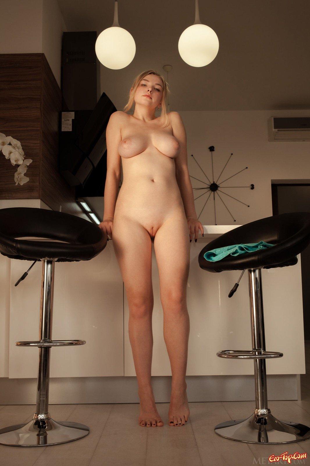 18-летняя светлая модель с большими буферами