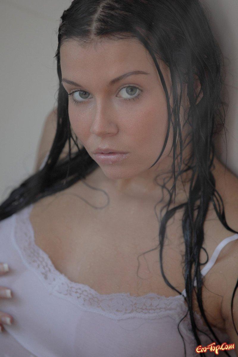 Мокрая девушка в белой майке и трусиках