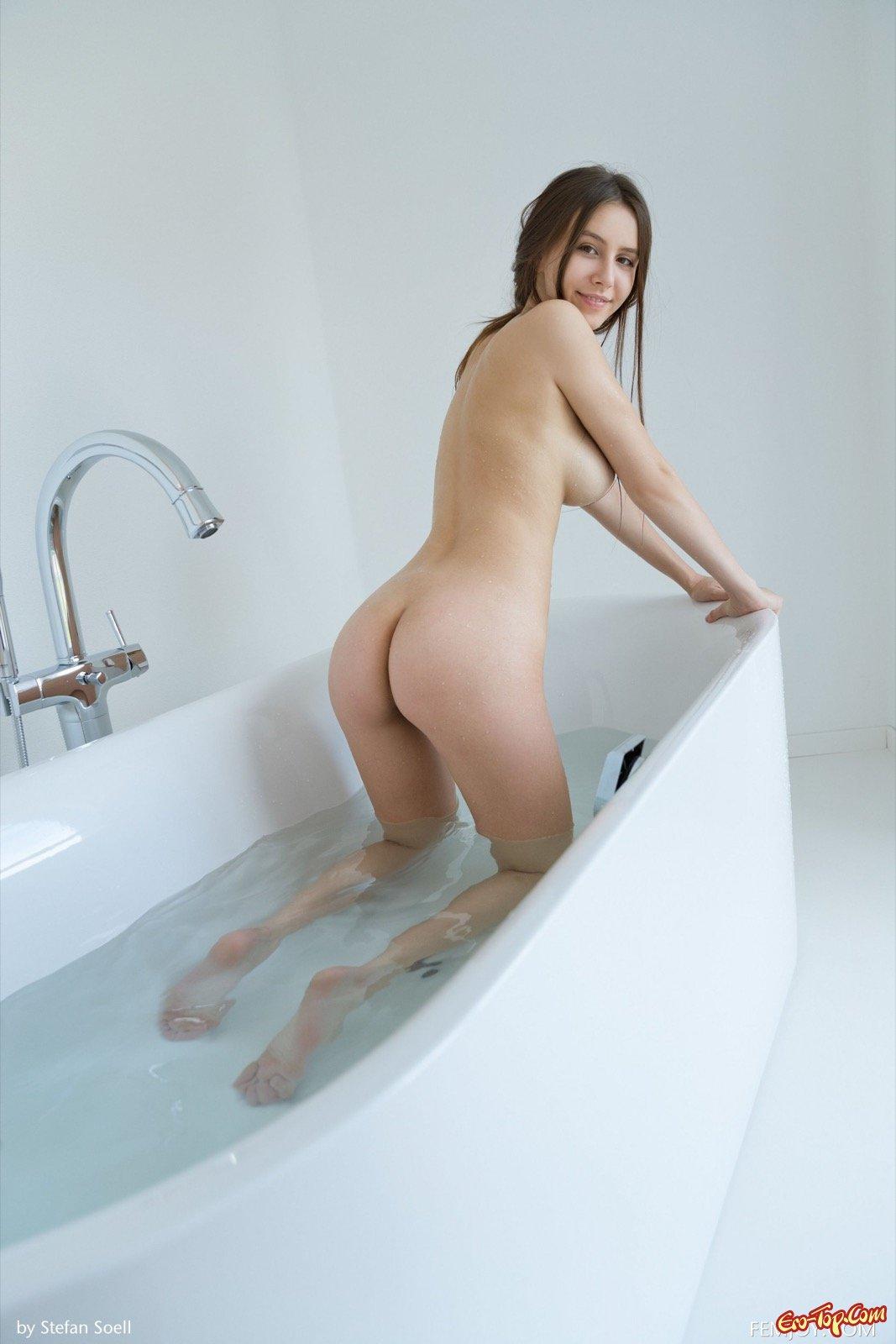 Обнаженная красавица с огромными буферами купается в душе