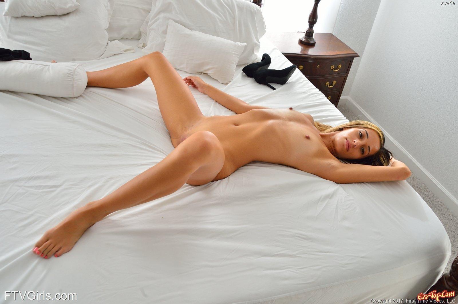 Анальная пробка под юбкой секс фото
