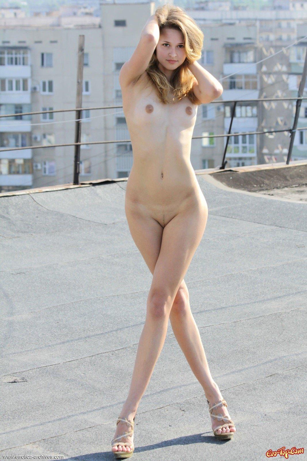 Голая девушка на крыше многоэтажного дома