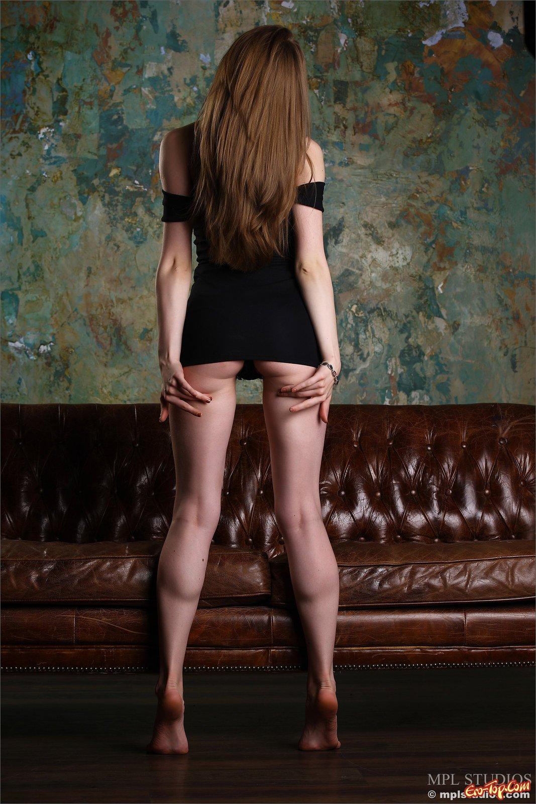 Девушка снимает платье и трусы