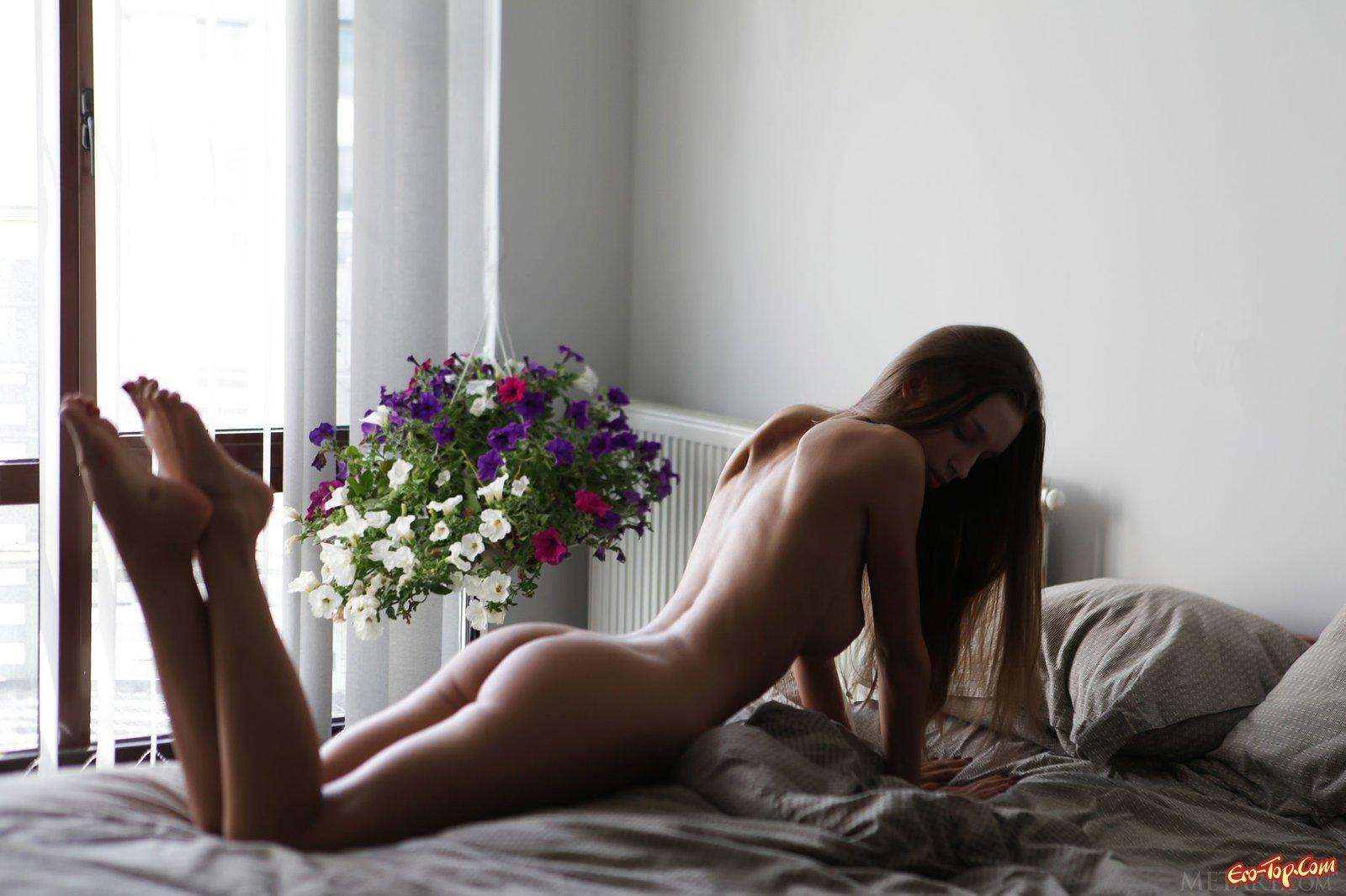 Красивая попка и грудь молодой девушки