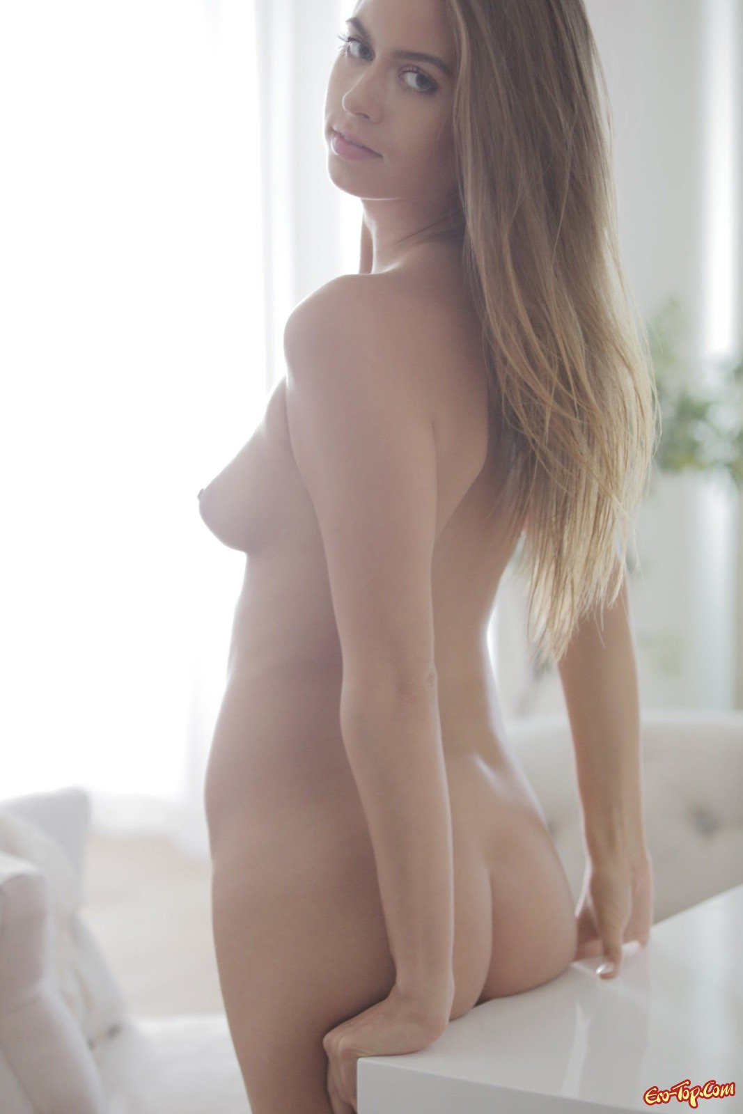Откровенная фотомодель в прозрачном нижнем белье