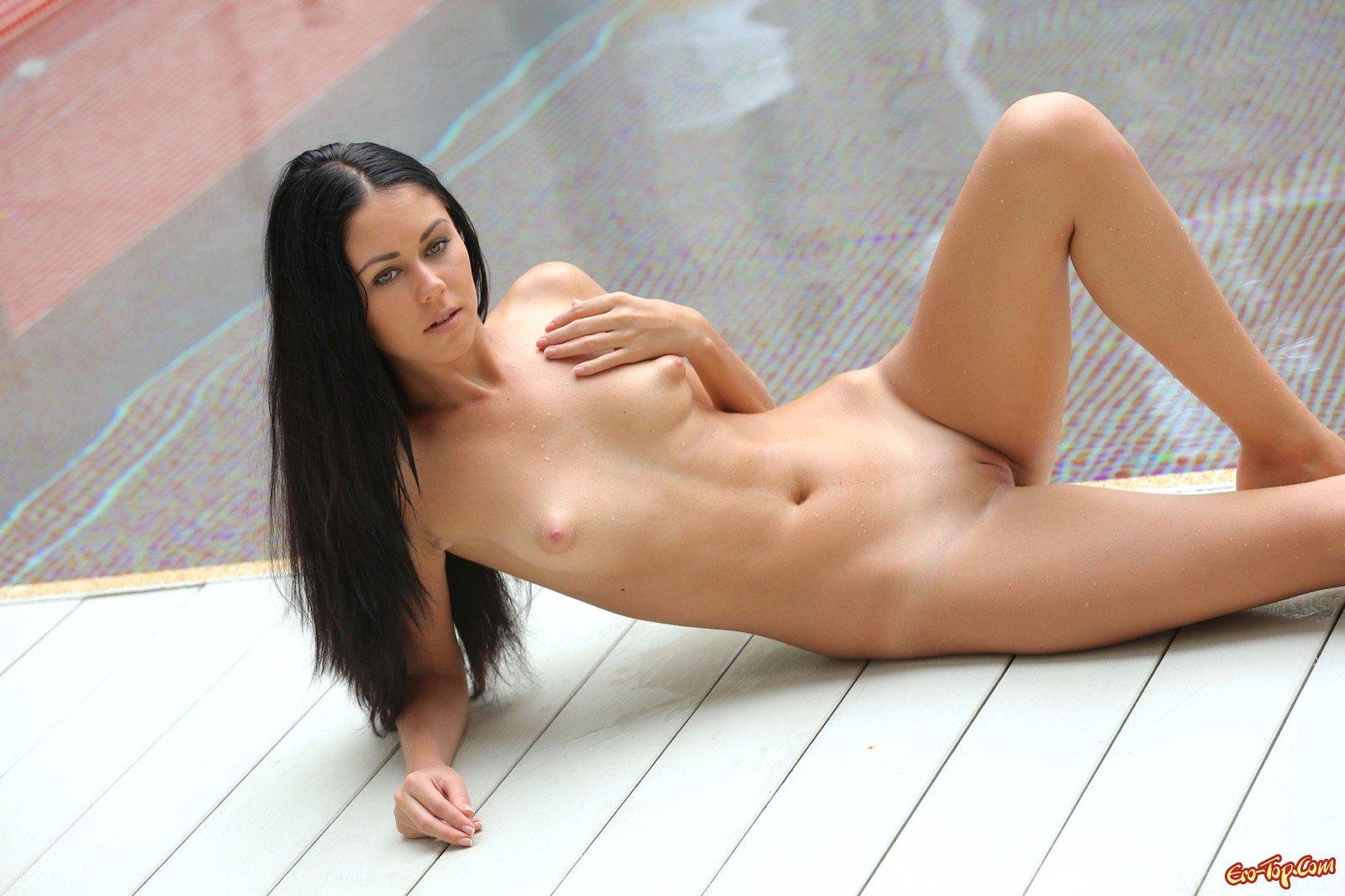 Обнаженная черноволосая красоточка у бассейна