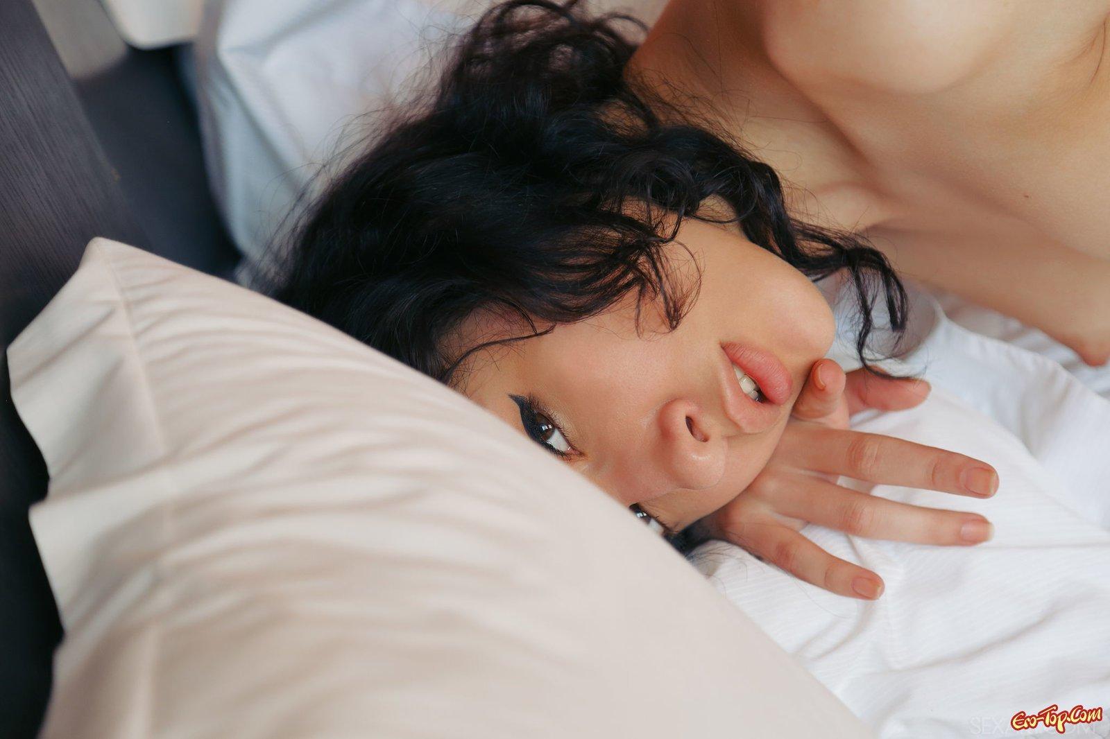 Красивая брюнетка обнажилась в постели
