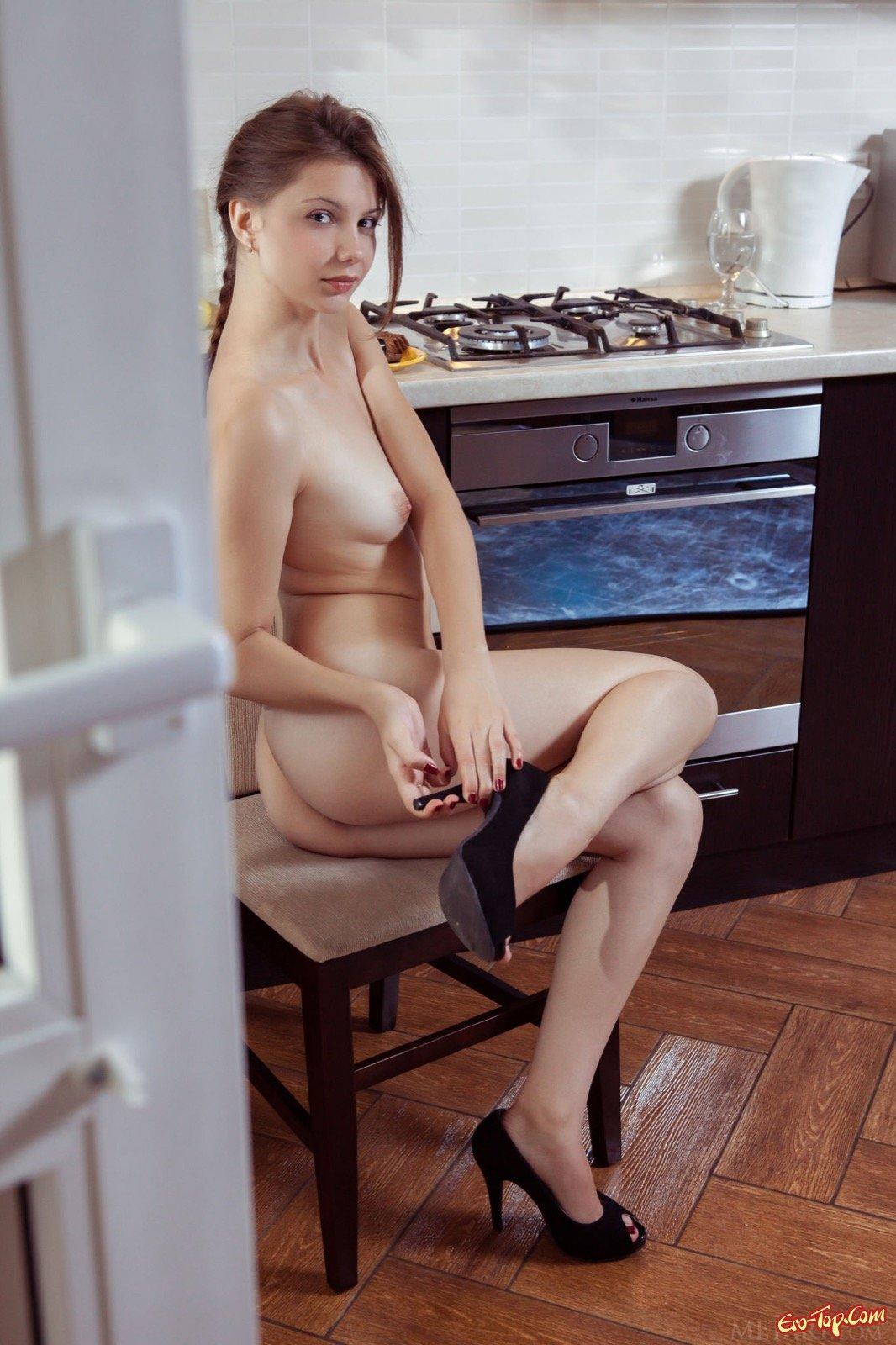 Девушка сняла платье и спустила трусики на кухне