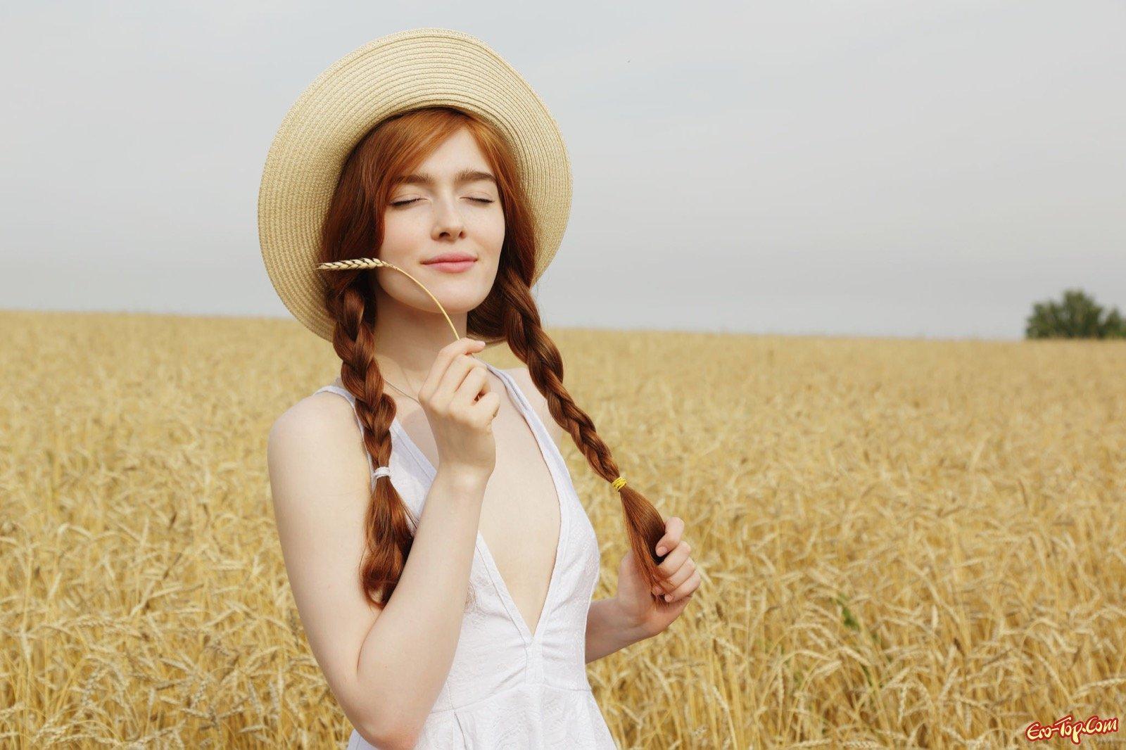 Рыжая девка с косичками встала раком в поле