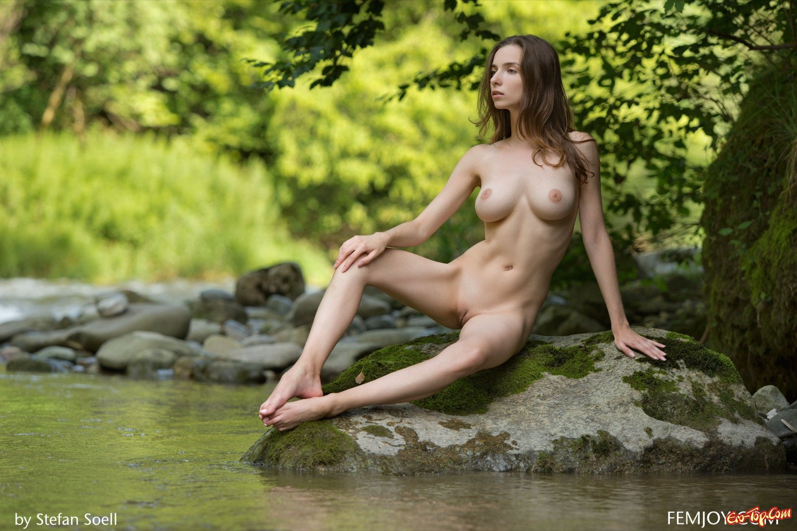 Голая барышня с красивой грудью на открытом воздухе